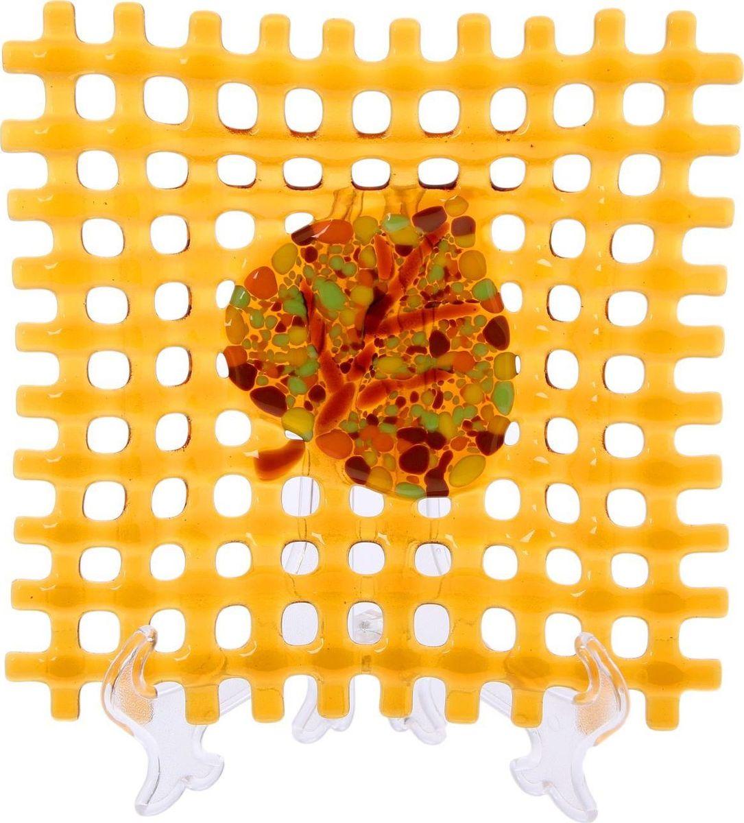 Тарелка декоративная Декостек Соломка, цвет: оранжевый, 21 см. 22617622261762Оригинальная посуда — свидетельство особого отношения хозяев дома к гостям. Изделия изготовлены необычным образом: несколько видов стекла спекаются в печи при температуре около 800 градусов. В результате этого получается уникальный продукт, по внешнему виду сходный с витражом. Стекло, полученное с помощью фьюзинга, отличают особенная прозрачность и глубина цвета, оно сохраняет оттенок и не подвержено старению.Особенности предмета:тщательная обработка рельефа поверхности;высококачественный узор;высокая прочность – изделия можно мыть в посудомоечной машине.Такой предмет станет прекрасным подарком по любому случаю. В комплект входит подставка и декоративная коробка.