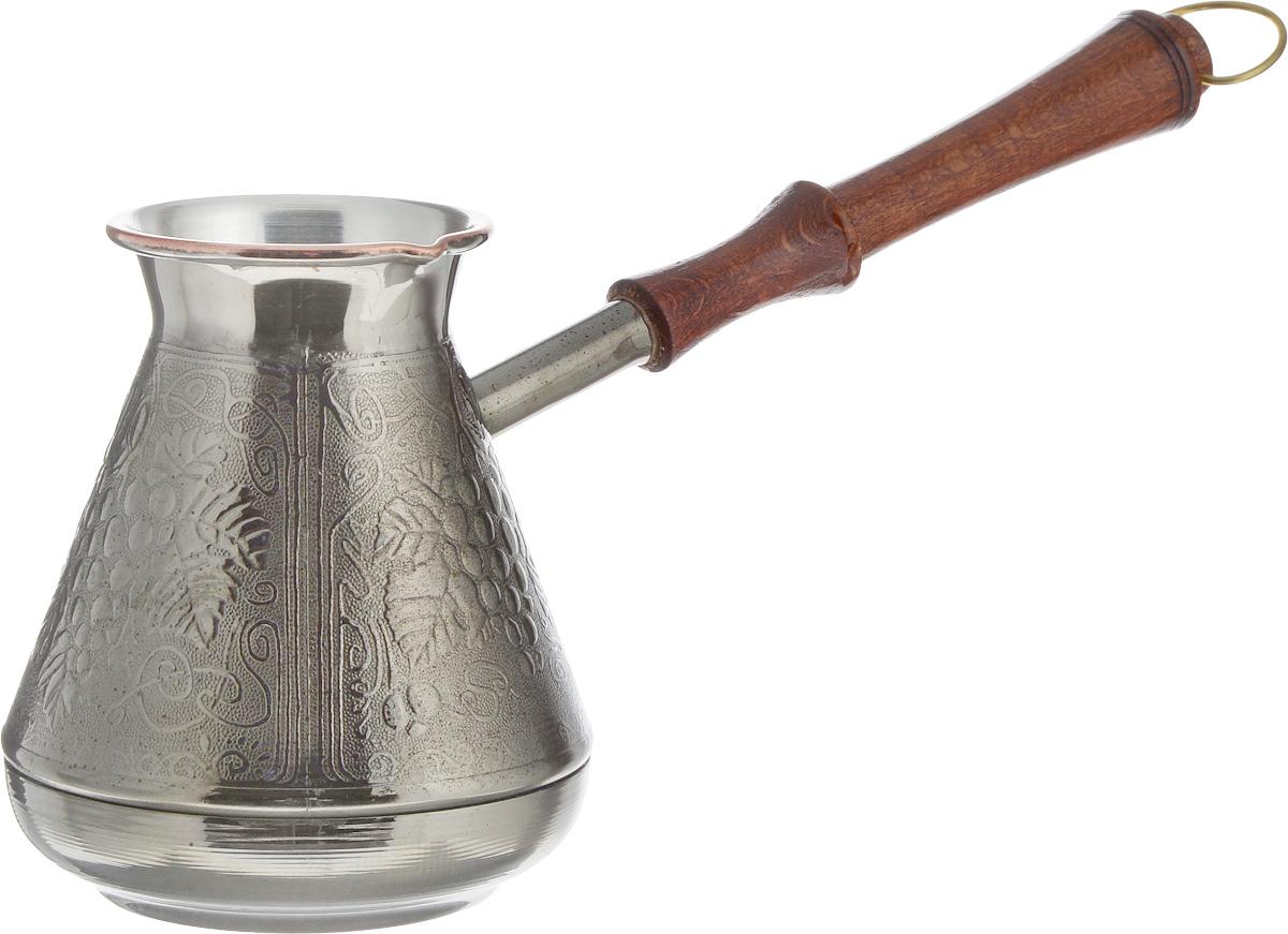 """Турка Спираль """"Виноград"""" предназначена для приготовления натурального кофе. Изготовлена из высококачественной кованой меди. Внешние стенки декорированы красивым рельефным рисунком. Изделие имеет узкое горлышко и специальный носик. Рукоятка выполнена из дерева и снабжена металлическим кольцом, благодаря которому изделие можно подвесить на крючок.  Кофе в турке варится очень просто. Насыпьте молотый кофе, залейте водой и варите на слабом огне, не доводя до кипения. Чем дольше кофе варить, тем крепче он становится.  Существует громадное количество кофеварок, но истинные ценители кофе знают, что турка для кофе - это идеальный выбор. Турка для кофе использовалась еще нашими предками и до сих пор не придумали ничего лучше для приготовления кофе.  Диаметр турки (по верхнему краю): 6,5 см.  Диаметр дна: 7 см.  Высота стенки: 11,5 см.  Длина ручки: 18 см."""