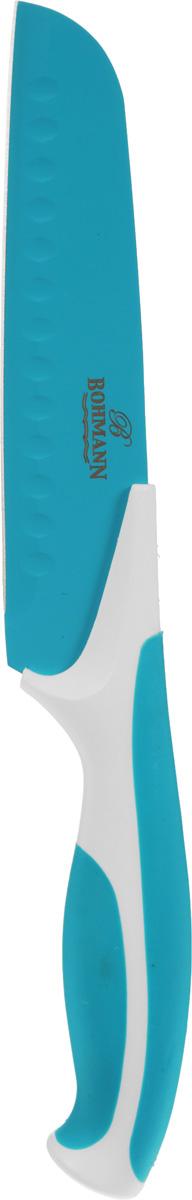 """Нож сантоку """"Bohmann"""" имеет лезвие из высококачественной нержавеющей стали. Специальное покрытие Non-stick предотвращает прилипание продуктов и делает нарезку более эффективной и быстрой. Лезвие устойчиво к царапинам, не ржавеет и не оставляет запаха металла на еде. Цветное покрытие не выгорает и не шелушится в повседневном использовании. Рукоятка ножа выполнена из пластика и снабжена прорезиненными вставками для надежного хвата и комфортной резки. Длина ножа: 27,5 см."""