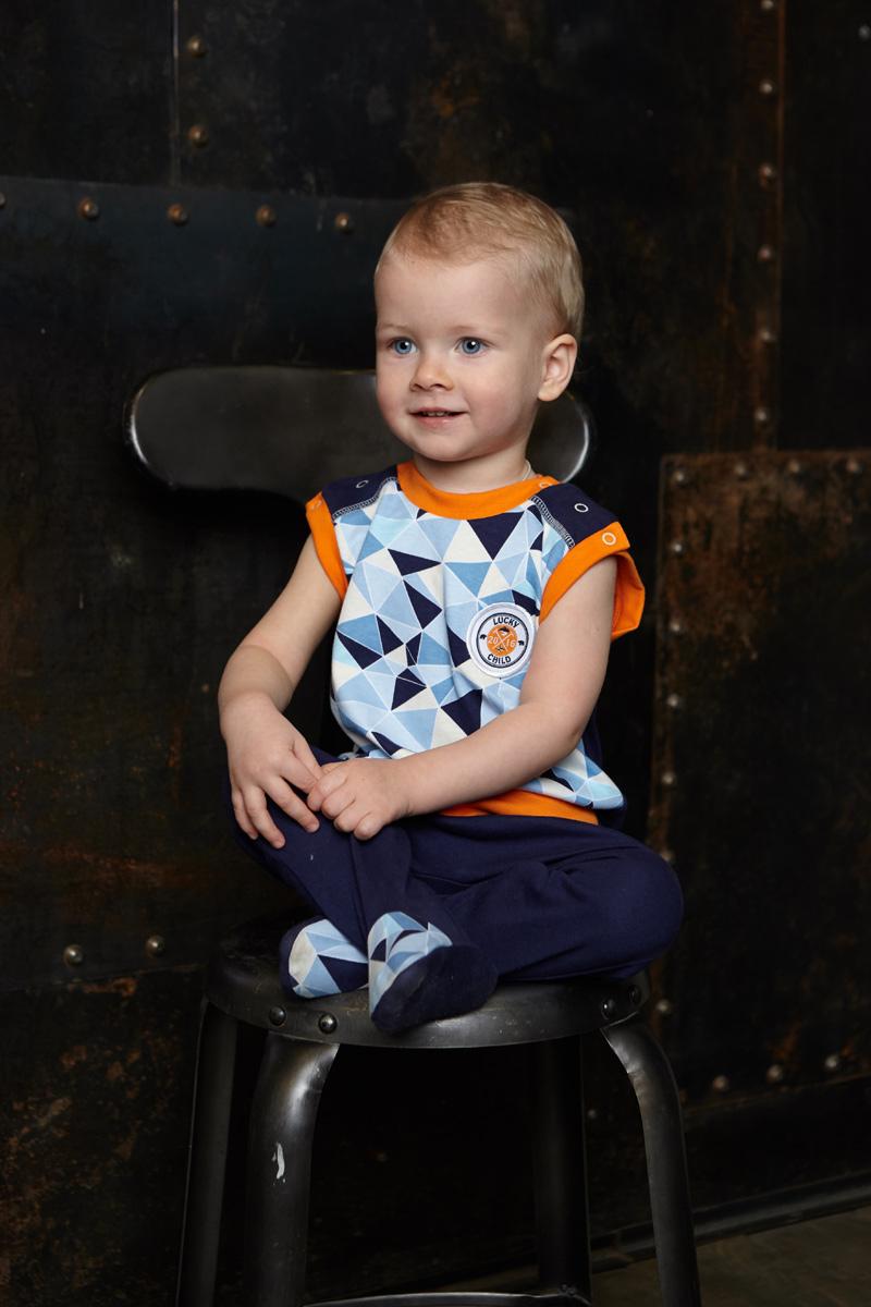 Ползунки для мальчика Lucky Child, цвет: голубой, синий. 32-2. Размер 74/8032-2Ползунки для мальчика Lucky Child - послужат идеальным дополнением к гардеробу малыша. Они выполнены из натурального хлопка, благодаря чему они необычайно мягкие и приятные на ощупь, не раздражают нежную кожу ребенка и хорошо вентилируются, а эластичные швы приятны телу малыша и не препятствуют его движениям. Ползунки с закрытыми ножками выполнены швами наружу и подходят для ношения с подгузником и без него. На талии они имеют широкую трикотажную резинку, не сжимающую животик ребенка. Спереди модель дополнена вставкой контрастного цвета, оформленной вышивкой.В этих ползунках вашему малышу всегда будет комфортно и уютно.