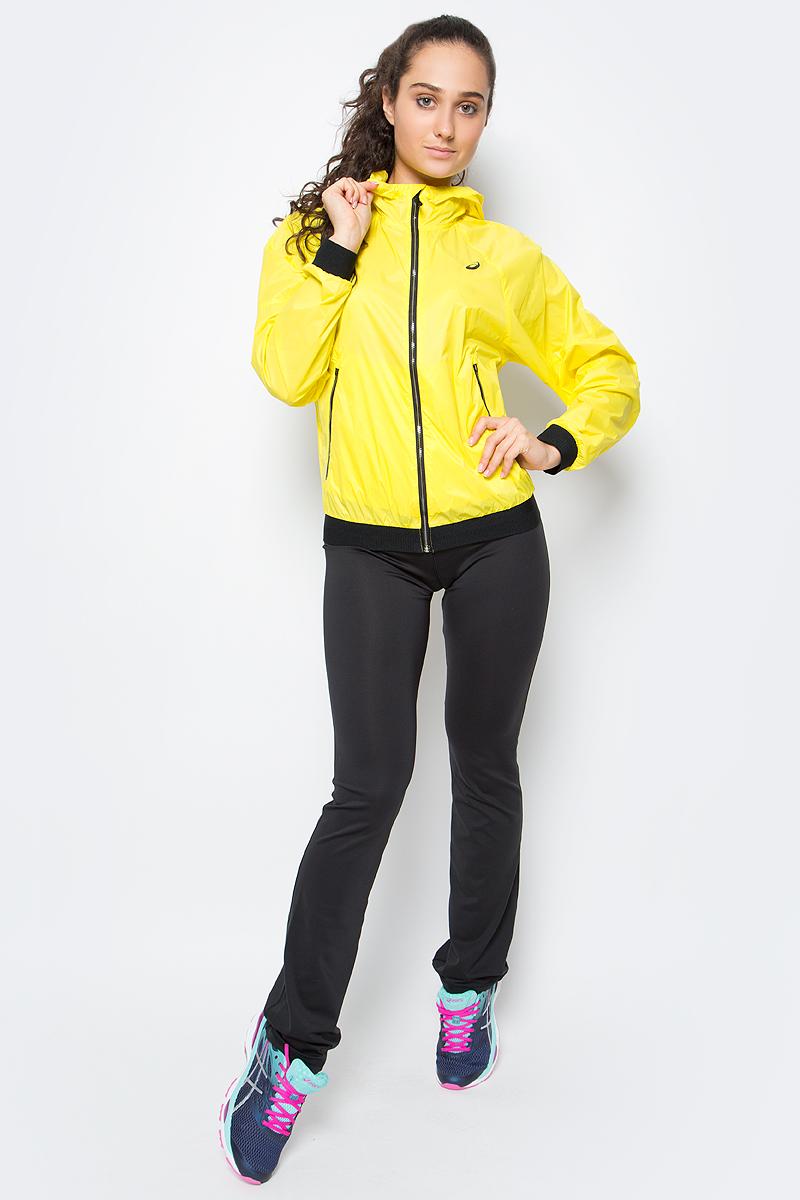 Ветровка для фитнеса женская Asics Fuzex Tr Lw Jacket, цвет: желтый. 141116-0343. Размер L (46/48)141116-0343Женская ветровка для фитнеса Asics Fuzex TR LW Jacket выполнена из тонкого нейлона. Модель с несъемным капюшоном застегивается на молнию. По бокам изделие дополнено врезными карманами на застежках-молниях. Капюшон регулируется при помощи шнурка-утяжки. Манжеты рукавов и низ ветровки отделаны широкой эластичной резинкой.