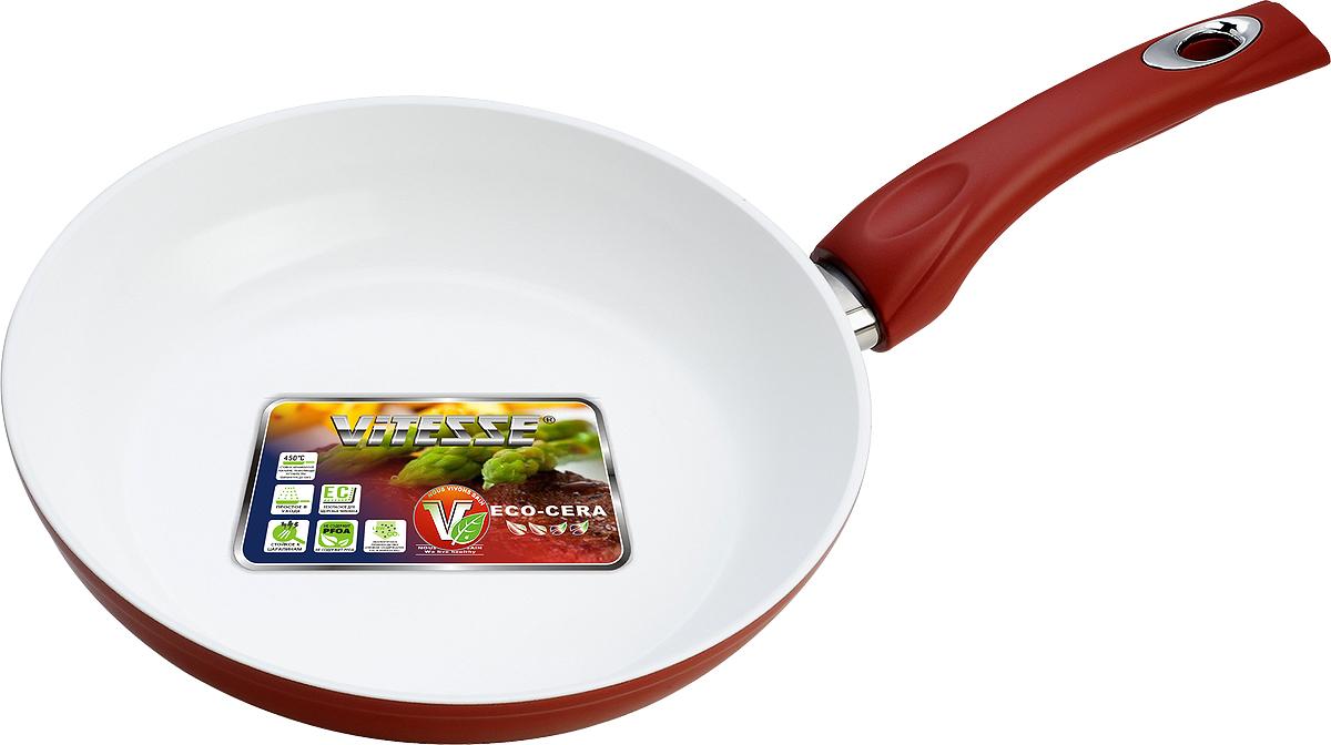 """Сковорода """"Vitesse"""" изготовлена из высококачественного кованого алюминия, что обеспечивает равномерное нагревание и доведение блюд до готовности. Внешнее термостойкое покрытие красного цвета обеспечивает легкую чистку. Внутреннее керамическое покрытие Eco-Cera белого цвета абсолютно безопасно для здоровья человека и окружающей среды, так как не содержит вредной примеси PFOA и имеет низкое содержание CO в выбросах при производстве. Керамическое покрытие обладает высокой прочностью, что позволяет готовить при температуре до 450°С и использовать металлические лопатки. Кроме того, с таким покрытием пища не пригорает и не прилипает к стенкам. Готовить можно с минимальным количеством подсолнечного масла. Сковорода оснащена термостойкой ненагревающейся ручкой удобной формы, выполненной из бакелита с силиконовым покрытием. Можно использовать на газовых, электрических, стеклокерамических, галогенных, чугунных конфорках. Можно мыть в посудомоечной машине.   Характеристики:Материал: алюминий, бакелит.   Цвет: красный, белый.   Диаметр: 26 см.   Высота стенки: 5,5 см.   Толщина стенки: 4 мм.   Толщина дна: 8 мм.   Длина ручки: 18 см.   Диаметр дна: 18,5 см."""