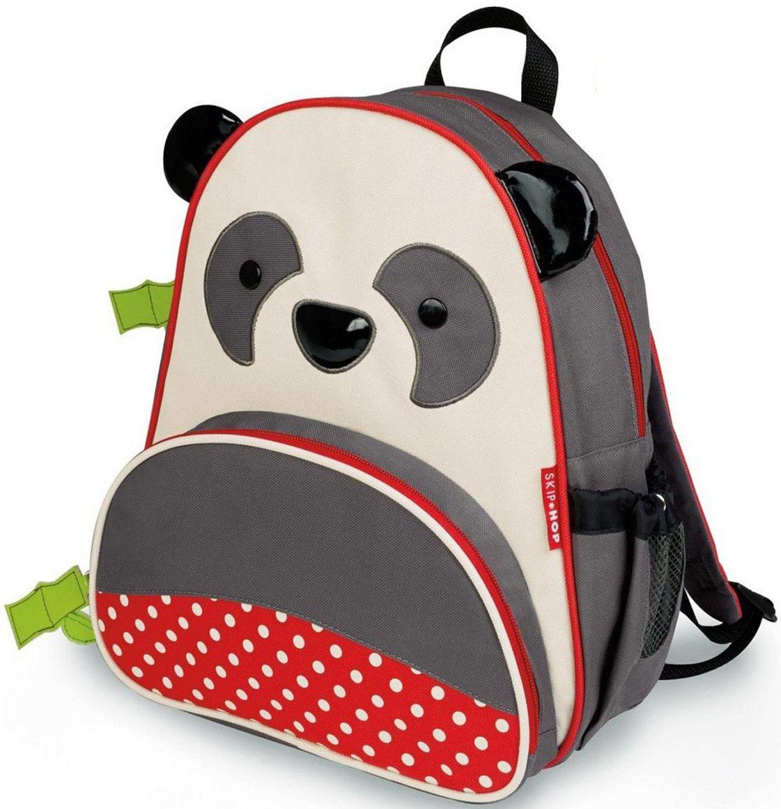 Skip Hop Рюкзак дошкольный ПандаSH 210219Дошкольный рюкзак Skip Hop каждый день будет радовать вашего малыша, вызывать улыбки у прохожих и зависть у сверстников. С ним можно ходить в детский сад, на прогулку, в гости к бабушке или ездить на экскурсии.Рюкзак имеет одно основное отделение на застежке-молнии, в которое легко поместятся книжка, альбом для рисования, краски, фломастеры, любимая игрушка и контейнер с едой, а кармашек сбоку предназначен специально для бутылочки с водой. Передний карман на молнии предназначен для мелких вещей.Рюкзак оснащен ручкой для переноски в руках и лямками регулируемой длины.