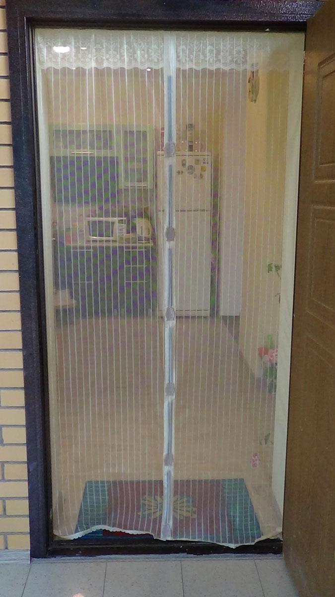 Антимоскитная сетка на магнитах - это идеальное решение для дачи, квартиры или дома. Это надежная и простая защита вашего дома от назойливых насекомых, пыли и тополиного пуха. Москитные сетки отлично пропускают свежий воздух и не открываются от ветра, тем самым позволяют держать двери в вашем доме или на даче открытыми, не препятствуя проникновению в дом домашних животных. Легко крепится в дверной проем.  Принцип действия: после прохождения человека или животного через дверь или балкон, полотна сетки слипаются за ним автоматически, обеспечивая постоянную защиту помещения. Преимущество данного вида сеток в том, что магниты уже вставлены в сетку и есть дополнительные клипсы-птички которые надежнее скрепляют половинки сетки. В комплект входит: 1. Сетчатое полотно с мягкими магнитными лентами по всей длине с декоративной накладкой.  2. Дополнительные магниты (вставлены в сетку) в форме птиц (9 пар: 18 штук). 3. Набор кнопок для установки сетки.