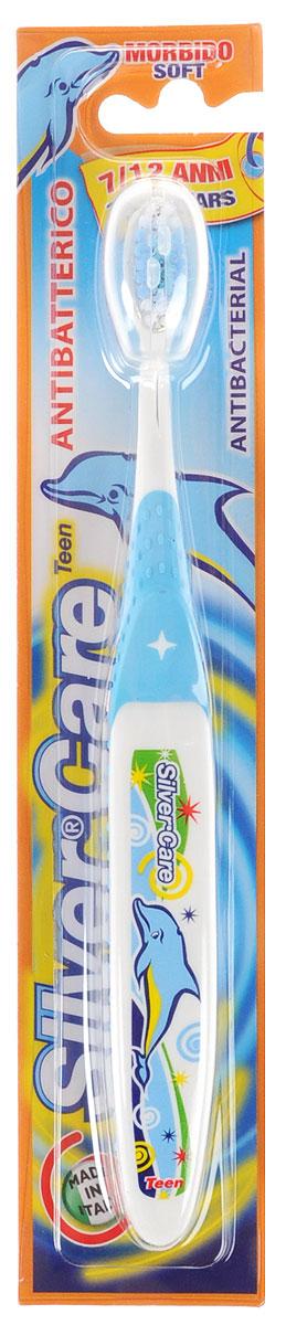 Silver Care Зубная щетка Teen, мягкая, от 7 до 12 лет, цвет: голубой24334_голубойДетская зубная щетка Silver Care Teen имеет анатомическую форму ручки для формирования правильных навыков чистки зубов. Поверхность чистящей головки покрыта серебром для надежной защиты от бактерий. Каждая щетинка тщательно закруглена для бережного очищения зубов и массажа десен. Защитный футляр обеспечивает гигиеническую чистоту во время путешествий. Серебро с древних времен используется как дезинфицирующее средство, поэтому компания Silver Care выбрала именно этот способ дополнительной защиты зубных щеток. Серебро убивает бактерии внутри полости рта и обеспечивает надежную защиту от кариеса. Зубная щетка Silver Care обеспечивает легкий массаж во время чистки. Щетина щетки очень мягкая, что обеспечивает наиболее комфортную чистку зубов и не причиняет беспокойства ребенку.