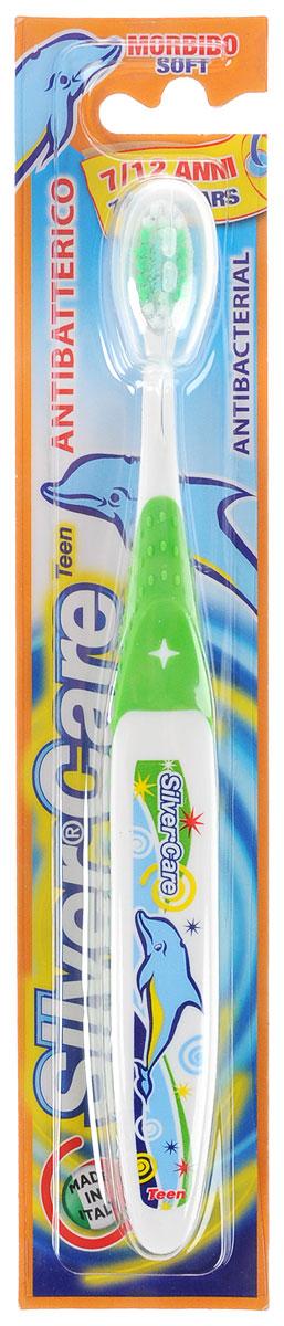 Silver Care Зубная щетка Teen, мягкая, от 7 до 12 лет, цвет: зеленый24334_зеленыйДетская зубная щетка Silver Care Teen имеет анатомическую форму ручки для формирования правильных навыков чистки зубов. Поверхность чистящей головки покрыта серебром для надежной защиты от бактерий. Каждая щетинка тщательно закруглена для бережного очищения зубов и массажа десен. Защитный футляр обеспечивает гигиеническую чистоту во время путешествий. Серебро с древних времен используется как дезинфицирующее средство, поэтому компания Silver Care выбрала именно этот способ дополнительной защиты зубных щеток. Серебро убивает бактерии внутри полости рта и обеспечивает надежную защиту от кариеса. Зубная щетка Silver Care обеспечивает легкий массаж во время чистки. Щетина щетки очень мягкая, что обеспечивает наиболее комфортную чистку зубов и не причиняет беспокойства ребенку.