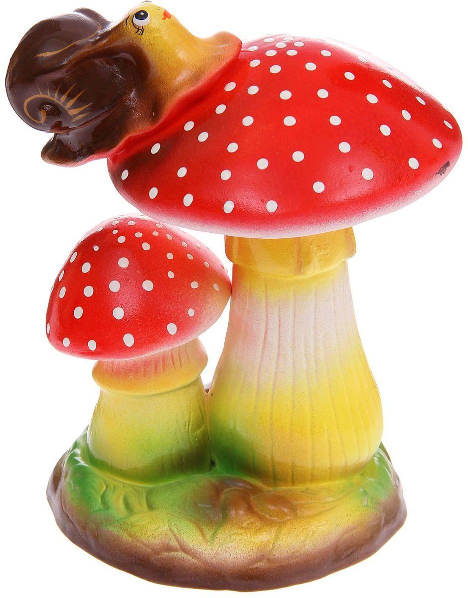 Фигура садовая Керамика ручной работы Два мухомора с улиткой, 28 х 18 х 22 см1165872Фигура садовая Керамика ручной работы Два мухомора с улиткой выполнена из керамики. Внешняя поверхность покрыта глазурью. Очаровательные грибы украсят сад. Расположите грибы под деревом или в траве и приятно удивите прогуливающихся гостей. Симпатичная фигурка станет прекрасным подарком заядлому садоводу. Такой декор будет гармонично смотреться в огородах и на участках с обилием зелени. Дополните пространство сада интересной деталью. Садовая фигура из керамики подойдёт для уличных условий. Этому экологичному материалу не страшны ни влага, ни ультрафиолет, ни перепады температуры.
