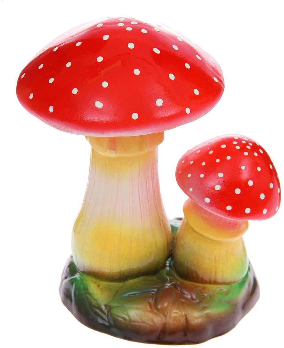 Фигура садовая Керамика ручной работы Пара мухоморов, цвет: белый, желтый, 19 х 21 х 26 см1165873Фигура садовая Керамика ручной работы Пара мухоморов выполнена из керамики. Внешняя поверхность покрыта глазурью. Очаровательные грибы украсят сад. Расположите грибы под деревом или в траве и приятно удивите прогуливающихся гостей. Симпатичная фигурка станет прекрасным подарком заядлому садоводу. Такой декор будет гармонично смотреться в огородах и на участках с обилием зелени. Дополните пространство сада интересной деталью. Садовая фигура из керамики подойдёт для уличных условий. Этому экологичному материалу не страшны ни влага, ни ультрафиолет, ни перепады температуры.