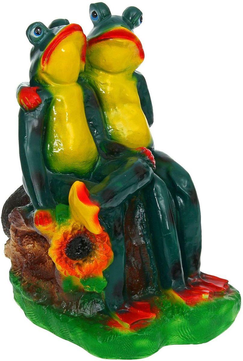 Фигура садовая Пара лягушек на бревне, 28 х 29 х 43 см1185841Забавные лягушата добавят новые краски в ландшафт сада. Красочная садовая фигура расставит нужные акценты: приманит взор к водоему или привлечет внимание к цветочной клумбе. Гармоничнее всего лягушки сморятся в местах своего природного обитания: располагайте их рядом с водой или в траве. Фигура из гипса экологичная, легкая и долговечная. Она сделает любимый сад неповторимым.