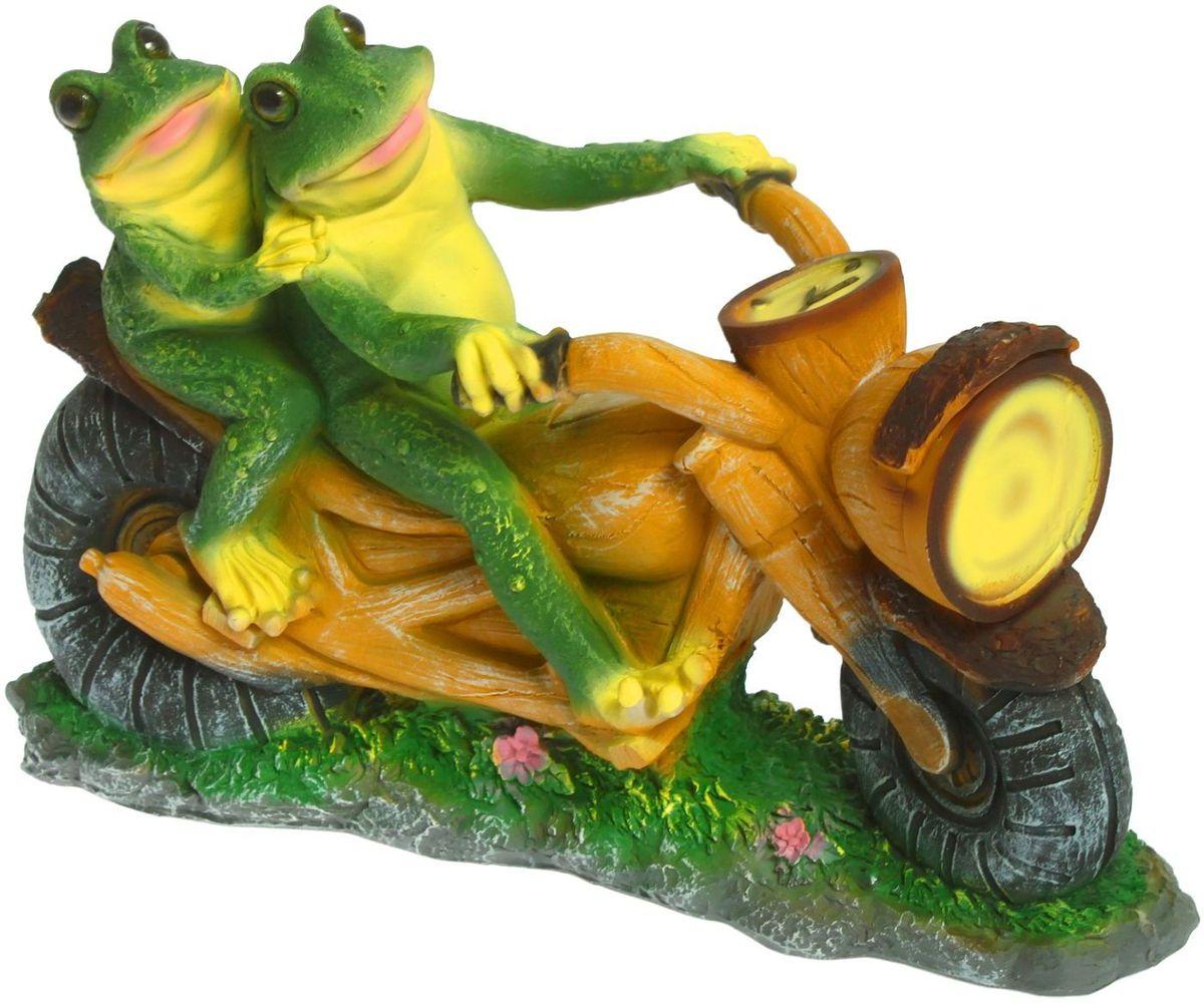 Фигура садовая Лягушки на мотоцикле, 12 х 38 х 35 см1259542Яркая забавная фигура Лягушки на мотоцикле оживит пространство сада или огорода. Красочная садовая фигура легко расставит нужные акценты: приманит взор к водоёму или привлечёт внимание к цветочной клумбе.Гармоничнее всего лягушата сморятся в местах своего природного обитания: располагайте их рядом с водой или в траве.Садовая фигура из полистоуна (искусственного камня) - оптимальное решение для уличных условий. Этому экологичному материалу не страшны ни влага, ни ультрафиолет, ни перепады температуры.