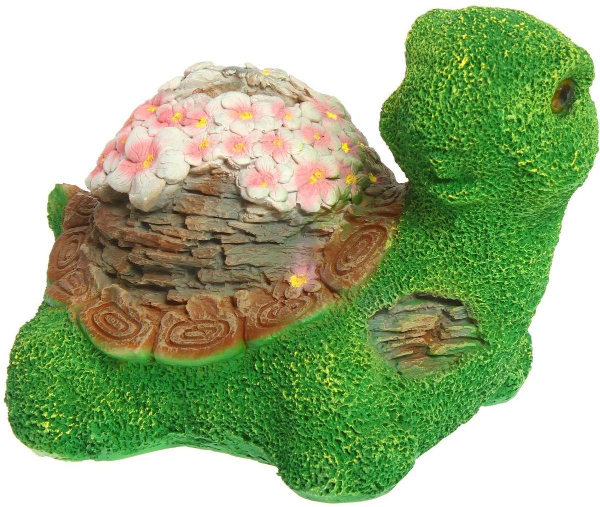 Фигура садовая Черепаха с цветочками, 26 х 35 х 28 см1260072Создайте настроение в любимом саду: украсьте его оригинальным декором. Представители фауны разнообразят ландшафт. Гармоничнее всего фигуры будут смотреться в местах природного обитания: например, белочки — вблизи деревьев, а лягушки — у водоемов. Сделайте свой сад неповторимым. Разрабатывайте собственный дизайн и расставляйте акценты. Хотите привлечь внимание к клумбе? Поставьте садовую фигуру рядом с ней. А расположенная прямо у калитки, она будет приятно удивлять гостей. Такой декор легко замаскирует неприглядные детали на участке. Садовая фигура из полистоуна (искусственного камня) — оптимальное решение для уличных условий. Этот материал не выцветает на солнце, даже если находится под воздействием ультрафиолета круглый год. Искусственный камень имеет низкую пористость, поэтому ему не страшна влага и на нем не появятся трещины. Садовая фигура будет хранить красоту сада долгие годы.