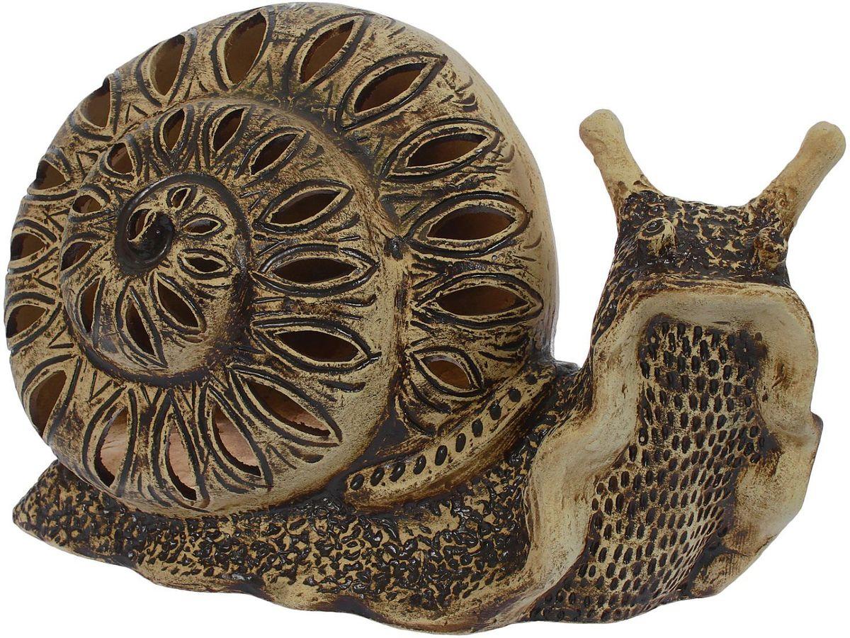 Фигура садовая Керамика ручной работы Улитка Марфа, 61 х 31 х 37 см1389058Садовая фигура Улитка Марфа — настоящая находка для садоводов. Это замечательное изделие, словно претерпевшее влияние времени, станет изысканной деталью вашего участка.Фигура выполнена исключительно из шамотной глины, которая делает её:абсолютно нетоксичнойустойчивой к воздействию окружающей среды (морозостойкой)устойчивой к изменению цвета и структуры (не шелушится и не облезает).При декорировании используются только качественные пигменты. Глина обжигается в два этапа: утилитный (900 °С) с последующим декорированием и политой (1100 °С). Такая технология придаёт изделию необходимую крепость.