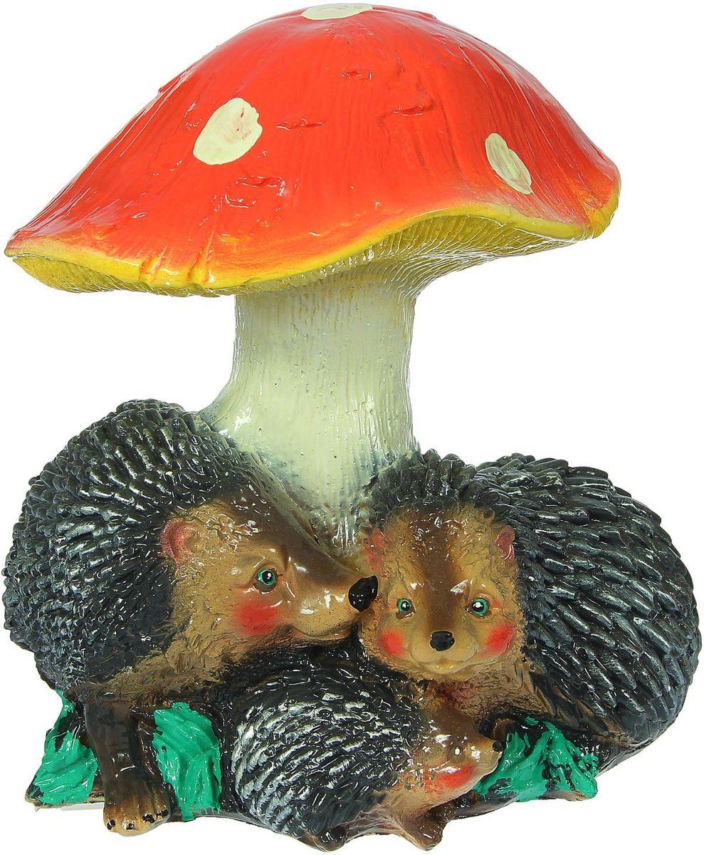 """Садовая фигурка """"Семья ежиков под грибом"""" отлично украсят ваш сад.Расположите гриб под деревом или в траве и приятно удивите прогуливающихся гостей. Такой декор будет гармонично смотреться в огородах и на участках с обилием зелени. Дополните пространство сада интересной деталью.Симпатичная фигурка станет прекрасным подарком заядлому садоводу."""