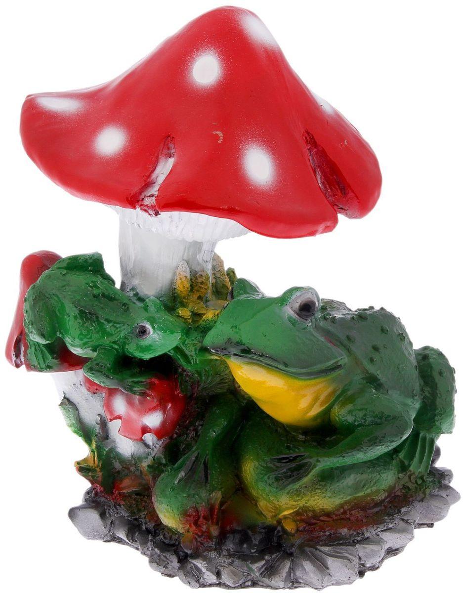 Фигура садовая Фабрика Эталон Лягушки под мухомором, 28 х 26 х 36 см2334211Создайте настроение в любимом саду: украсьте его оригинальным декором - садовой фигурой. Представители фауны разнообразят ландшафт. Сделайте свой сад неповторимым. Садовая фигура Фабрика Эталон Лягушки под мухомором изготовлена из полистоуна, который представляет собой искусственный камень, сочетающий лучшие качества природных материалов. Этот материал не выцветает на солнце, даже если находится под воздействием ультрафиолета круглый год, абсолютно безопасен для здоровья человека и окружающей среды. Искусственный камень имеет низкую пористость, поэтому ему не страшна влага и на нем не появятся трещины.Фигура из полистоуна придаст участку живой и неповторимый вид, станет отличным подарком к празднику, удачно впишется в любой сад и подчеркнет индивидуальность владельца загородного дома. Уход за такими изделиями очень прост: достаточно протирать их влажной тряпочкой.Садовая фигура будет хранить красоту сада долгие годы.