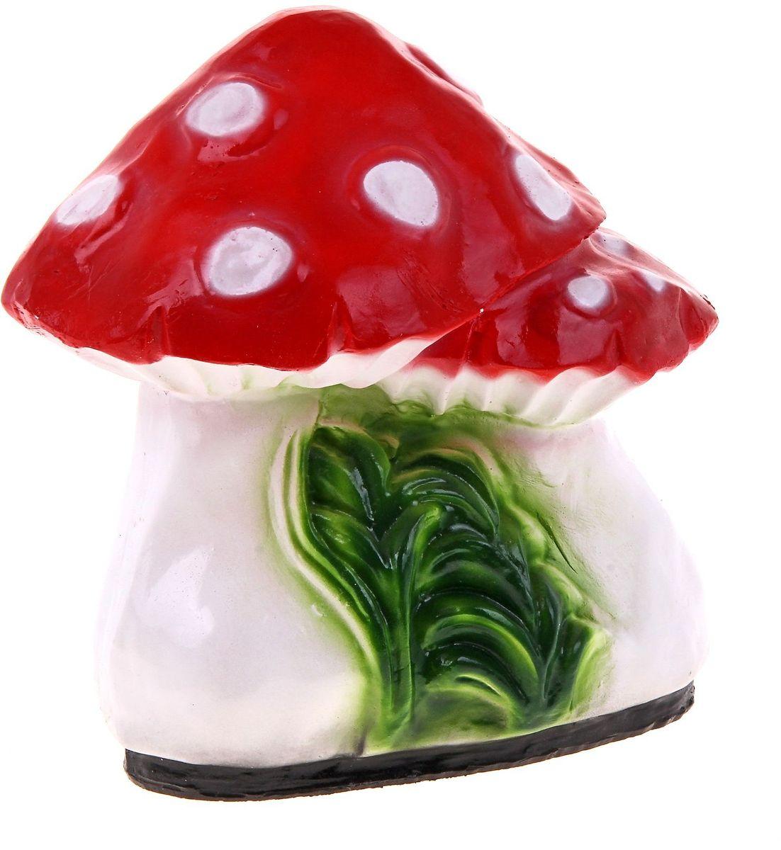 Фигура садовая Два мухомора, цвет: белый, 30 х 22 х 28 см628349Очаровательные фигурки грибов украсят сад. Расположите грибочек под деревом или в траве и приятно удивите прогуливающихся в саду гостей. Симпатичная фигурка станет прекрасным подарком заядлому садоводу. Такой декор будет гармонично смотреться в огородах и на участках с обилием зелени. Дополните пространство сада интересной деталью.