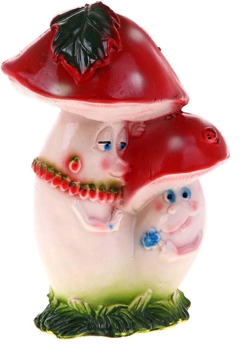 Фигура садовая Парочка мультяшных мухоморов, 20 х 18 х 25 см628351Фигура садовая Парочка мультяшных мухоморов выполнена из гипса. Очаровательные фигурки грибов украсят сад. Расположите грибочек под деревом или в траве и приятно удивите прогуливающихся в саду гостей. Симпатичная фигурка станет прекрасным подарком заядлому садоводу. Такой декор будет гармонично смотреться в огородах и на участках с обилием зелени. Дополните пространство сада интересной деталью.Размер фигуры: 20 х 18 х 25 см.