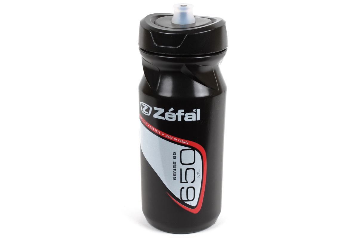 Фляга велосипедная Zefal Sense M65, 650 мл155ЕВелосипедная фляга Zefal Sense M65 изготовлена из пищевого полимера. Sense M65 отличается силиконовым питьевым портом для наибольшего комфорта при питье: для открытия фляги порт достаточно сжать зубами и потянуть на себя. Мягкий материал фляги делает её эргономичной и простой в использовании. Если вы стремитесь быть первым и на счету каждый грамм веса, то самые лёгкие и популярные фляги Zefal - это то, что вам нужно! Профессиональные гонщики так же любят эти фляги за систему открытия/закрытия фляги Clip-Cap, которой очень легко пользоваться. Все фляги производятся из пищевого полипропилена, который не содержит BPA, не имеет запаха, не влияет на вкус напитка и на 100% безопасен. Вы можете без труда установить флягу на велосипед (держатель для фляги приобретается отдельно).Zefal - старейший французский производитель велосипедных аксессуаров премиального качества, основанный в 1880 году, является номером один на французском рынке велосипедных аксессуаров.Можно мыть в посудомоечной машине.Объем фляги: 650 мл.Высота фляги: 19,5 см.Диаметр фляги: 7,5 см. Вес фляги: 82 г. Подходит ко всем флягодержателям.