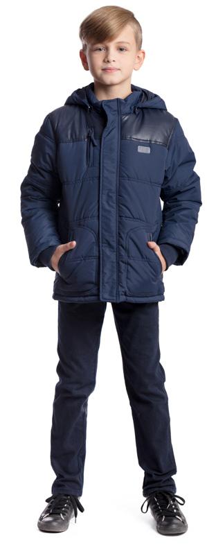 Куртка для мальчика Scool, цвет: темно-синий. 373401. Размер 134, 9 лет373401Утепленная стеганая куртка Scool изготовлена из ткани с водоотталкивающей пропиткой. Куртка с капюшоном застегивается на молнию и дополнительно имеет внешнюю ветрозащитную планку. Капюшон, дополненный по краю мягкими резинками, пристегивается к куртке с помощью кнопок. Высокий воротник и манжеты выполнены из мягкой трикотажной ткани. На груди расположен прорезной карман на молнии, в нижней части изделия предусмотрены два кармана. Плечи и окантовка карманов декорированы вставкой из искусственной кожи в цвет куртки. Светоотражающие элементы обеспечат безопасность ребенка в темное время суток.