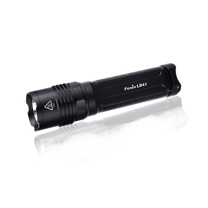Фонарь Fenix LD41 U2 new 2015LD41U22015В усовершенствованной модели фонаря Fenix LD41 используется светодиод CREE XM-L2 (U2). Его рабочий ресурс составляет 50 000 часов, а верхняя граница яркости достигает значения 960 люмен. На базе этого светодиода фонарь работает в 6 режимах. Максимальная дистанция освещения для него составляет 270 м. Перечислим характеристики работы осветительного устройства в каждом из режимов:Turbo (960 люмен / 1 ч); High (400 люмен / 2 ч, 25 мин); Mid (150 люмен / 9 ч 30 мин); Low (6 люмен / 200 ч); Strobe (960 люмен ); SOS (150 люмен ). Благодаря широкому диапазону значений яркости в различных режимах, фонарь Fenix LD41 можно использовать в туристических и поисковых целях. А питание от батарей типоразмера АА позволит без труда подобрать замену севшим батарейкам даже в самом отдаленном селении.Модель Fenix LD41 очень практична в использовании. Фонарь легко управляется при помощи 2 торцевых кнопок, имеет высокий уровень защиты всех внутренних механизмов. В частности, его электросхема не подвержена короткому замыканию вследствие неправильной полярности элементов питания. Постоянный уровень яркости фонаря поддерживает система цифровой стабилизации.Дополнительной защитой и гарантом долговечности фонаря Fenix LD41 является корпус из авиационного алюминия, на поверхность которого нанесено жесткое анодирование. Прочный материал корпуса защищает осветительный прибор от поломок после падения на камни с небольшой высоты. Также он не подвержен коррозии. Кроме того, оболочка Fenix LD41 хорошо изолирована от проникновения внутрь воды. Фонарь даже можно включать под водою на глубине до 2 м. Такой уровень гидроизоляции соответствует требованиям международного стандарта IPX-8.Особенности: яркость увеличена до 960 люмен; дальность луча света до 300 м; время работы от комплекта аккумуляторов - до 200 ч; водонепроницаемость класса IPX-8; корпус из сплава алюминия; аккумуляторный отсек на 4 батареи АА; 2 кнопки управления работой фонаря; вес без аккумуляторов 19