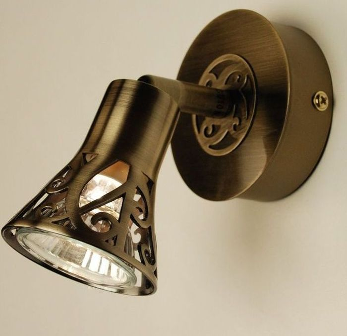 Спот Citilux Винон. CL519513CL519513Поворотный спот Citilux Винон выполнен в классическом стиле. Светильник крепится на планке, можно использовать галогенные или LED-светодиодные лампы мощностью до 50 Вт.Гарантия на светильник от производителя 6 месяцев.