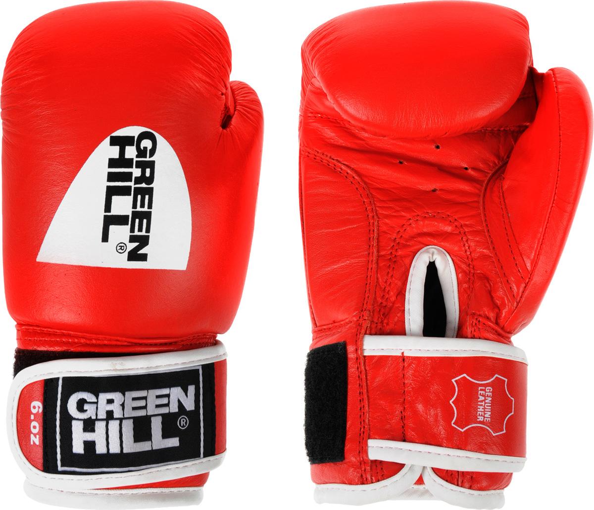 Перчатки боксерские Green Hill Gym, цвет: красный. Вес 6 унцийBGG-2018Боксерские перчатки Green Hill Gym специально разработаны для тренировочных спаррингов. Верх выполнен из натуральной кожи, наполнитель - из предварительно сформированного пенополиуретана. Перфорированная поверхность в области ладони позволяет создать максимально комфортный терморежим во время занятий. Широкий ремень, охватывая запястье, полностью оборачивается вокруг манжеты, благодаря чему создается дополнительная защита лучезапястного сустава от травмирования. Застежка на липучке способствует быстрому и удобному одеванию перчаток, плотно фиксирует перчатки на руке.