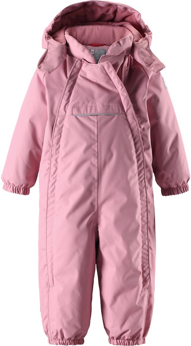 Комбинезон детский Reima Reimatec Copenhagen, цвет: светло-розовый. 5102694320. Размер 985102694320В этом стильном зимнем комбинезоне от Reima дети могут гулять целый день и при этом не намокнуть. Водо- и ветронепроницаемый комбинезон изготовлен из прочного, дышащего материала. Благодаря двум симпатичным молниям во всю длину, этот комбинезон легко надевается, а утепленная задняя часть обеспечит сухость во время зимних забав. Комбинезон с гладкой стеганой подкладкой из полиэстера легко надевать и очень удобно носить с теплым промежуточным слоем. Передний карман на молнии надежно сбережет все найденные на прогулке сокровища. Силиконовые штрипки позаботятся о том, чтобы брючины оставались на своем месте. Съемный капюшон обеспечит защиту от пронизывающего ветра и безопасность во время игр на свежем воздухе. Кнопки легко отстегиваются, если капюшон случайно за что-нибудь зацепится. По краю капюшон снабжен эластичной резинкой.Средняя степень утепления.
