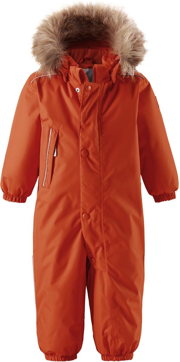 Комбинезон утепленный детский Reima Reimatec Gotland, цвет: оранжевый. 5102702850. Размер 805102702850Детский зимний комбинезон Reima Reimatec Gotland со средней степенью утепления займет достойное место в гардеробе ребенка. Комбинезон изготовлен из водонепроницаемой и ветрозащитной ткани с утеплителем из синтепона (160 г). Благодаря специальной обработке полиуретаном поверхность изделия отталкивает грязь и воду, что облегчает поддержание аккуратного вида одежды. Дышащий материал хорошо пропускает воздух, обеспечивая комфорт при носке. Съемный регулируемый капюшон, отделанный искусственным мехом, не только прекрасно выглядит, но и гарантирует безопасность во время игр на улице! Комбинезон застегивается на пластиковую молнию с защитой подбородка и дополнительно имеет ветрозащитную планку. С помощью удобной системы кнопок Play Layers® к нему можно присоединять одежду промежуточного слоя Reima®. В холодные дни промежуточный слой подарит вашему ребенку дополнительное тепло и комфорт. Спереди модель дополнена прорезным карманом, который застегивается на молнию. Благодаря дополнительно утепленной задней части брюк малыши не замерзнут, катаясь на санках и скользя в снегу. Снизу брючины собраны на эластичные резинки и дополнены съемными штрипками, одевающимися на ступню и не дающие полукомбинезону ползти вверх. Изделие оформлено светоотражающими элементами для безопасности в темное время суток. Комфортный, удобный и практичный комбинезон идеально подойдет для прогулок и игр на свежем воздухе! Температурный режим от 0°С до -20°С.