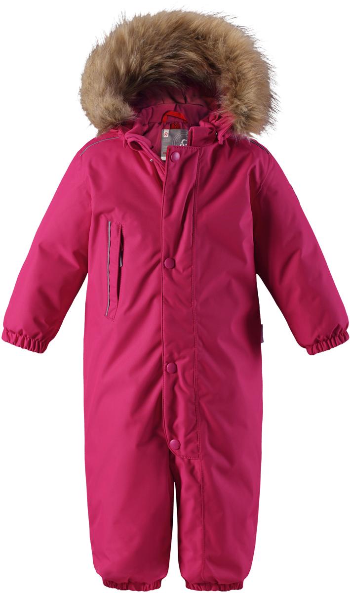 Комбинезон утепленный для девочки Reima Reimatec Gotland, цвет: розовый. 5102703560. Размер 925102703560Зимний комбинезон Reima Reimatec Gotland со средней степенью утепления займет достойное место в гардеробе вашей малышки. Комбинезон изготовлен из водонепроницаемой и ветрозащитной ткани с утеплителем из синтепона (160 г). Благодаря специальной обработке полиуретаном поверхность изделия отталкивает грязь и воду, что облегчает поддержание аккуратного вида одежды. Дышащий материал хорошо пропускает воздух, обеспечивая комфорт при носке. Съемный регулируемый капюшон, отделанный искусственным мехом, не только прекрасно выглядит, но и гарантирует безопасность во время игр на улице! Комбинезон застегивается на пластиковую молнию с защитой подбородка и дополнительно имеет ветрозащитную планку. С помощью удобной системы кнопок Play Layers® к нему можно присоединять одежду промежуточного слоя Reima®. В холодные дни промежуточный слой подарит вашему ребенку дополнительное тепло и комфорт. Спереди модель дополнена прорезным карманом, который застегивается на молнию. Благодаря дополнительно утепленной задней части брюк малыши не замерзнут, катаясь на санках и скользя в снегу. Снизу брючины собраны на эластичные резинки и дополнены съемными штрипками, одевающимися на ступню и не дающие полукомбинезону ползти вверх. Изделие оформлено светоотражающими элементами для безопасности в темное время суток. Комфортный, удобный и практичный комбинезон идеально подойдет для прогулок и игр на свежем воздухе! Температурный режим от 0°С до -20°С.