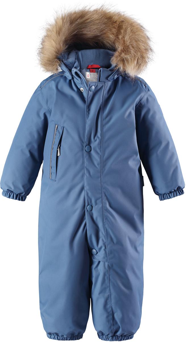 Комбинезон утепленный детский Reima Reimatec Gotland, цвет: синий. 5102706740. Размер 745102706740Детский зимний комбинезон Reima Reimatec Gotland со средней степенью утепления займет достойное место в гардеробе ребенка. Комбинезон изготовлен из водонепроницаемой и ветрозащитной ткани с утеплителем из синтепона (160 г). Благодаря специальной обработке полиуретаном поверхность изделия отталкивает грязь и воду, что облегчает поддержание аккуратного вида одежды. Дышащий материал хорошо пропускает воздух, обеспечивая комфорт при носке. Съемный регулируемый капюшон, отделанный искусственным мехом, не только прекрасно выглядит, но и гарантирует безопасность во время игр на улице! Комбинезон застегивается на пластиковую молнию с защитой подбородка и дополнительно имеет ветрозащитную планку. С помощью удобной системы кнопок Play Layers® к нему можно присоединять одежду промежуточного слоя Reima®. В холодные дни промежуточный слой подарит вашему ребенку дополнительное тепло и комфорт. Спереди модель дополнена прорезным карманом, который застегивается на молнию. Благодаря дополнительно утепленной задней части брюк малыши не замерзнут, катаясь на санках и скользя в снегу. Снизу брючины собраны на эластичные резинки и дополнены съемными штрипками, одевающимися на ступню и не дающие полукомбинезону ползти вверх. Изделие оформлено светоотражающими элементами для безопасности в темное время суток. Комфортный, удобный и практичный комбинезон идеально подойдет для прогулок и игр на свежем воздухе! Температурный режим от 0°С до -20°С.