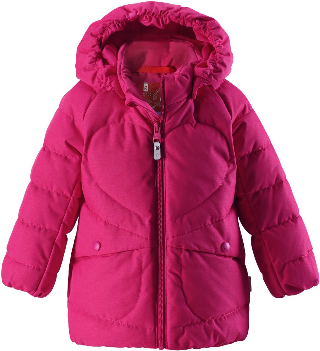 Пуховик для девочки Reima Loiste, цвет: розовый. 5112603560. Размер 1105112603560Невероятно теплый, практичный и абсолютно непромокаемый пуховик просто создан для активных зимних прогулок!Эту куртку из водо- и грязеотталкивающего материла рекомендуется носить в сухую морозную зимнюю погоду. Куртка снабжена безопасным съемным капюшоном и двумя боковыми карманами. Обратите внимание на забавную строчку и стильную матовую поверхность ткани!Высокая степень утепления.