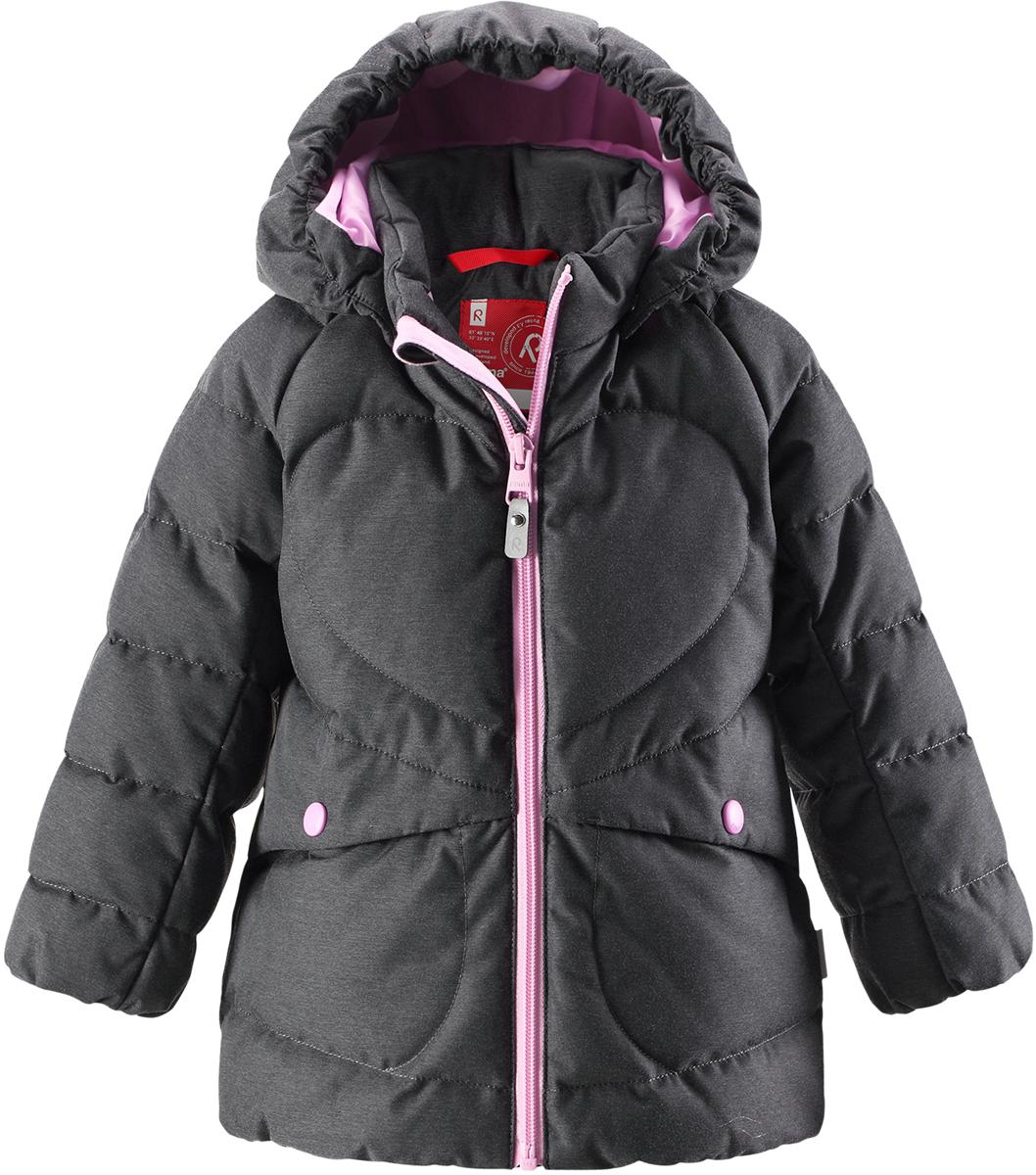 Пуховик для девочки Reima Loiste, цвет: серый. 5112609730. Размер 1045112609730Невероятно теплый, практичный и абсолютно непромокаемый пуховик просто создан для активных зимних прогулок!Эту куртку из водо- и грязеотталкивающего материла рекомендуется носить в сухую морозную зимнюю погоду. Куртка снабжена безопасным съемным капюшоном и двумя боковыми карманами. Обратите внимание на забавную строчку и стильную матовую поверхность ткани!Высокая степень утепления.