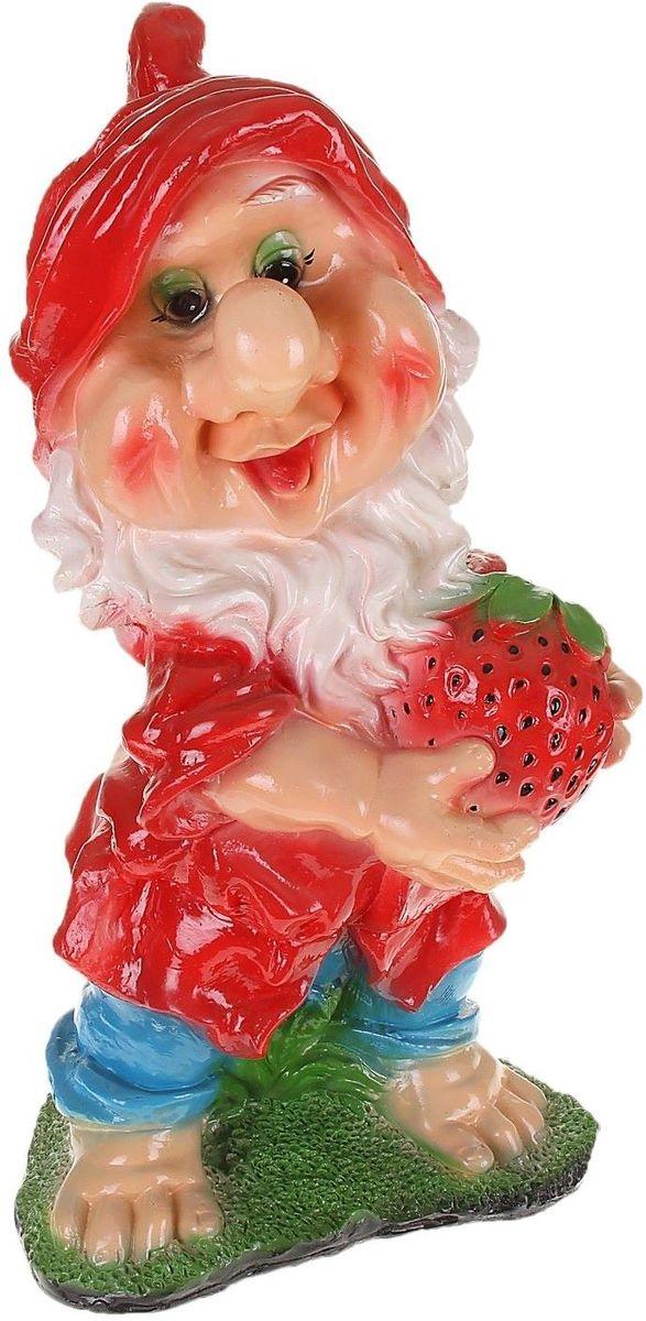 Фигура садовая Гном с клубникой в красной одежде, 20 х 30 х 65 см1063581