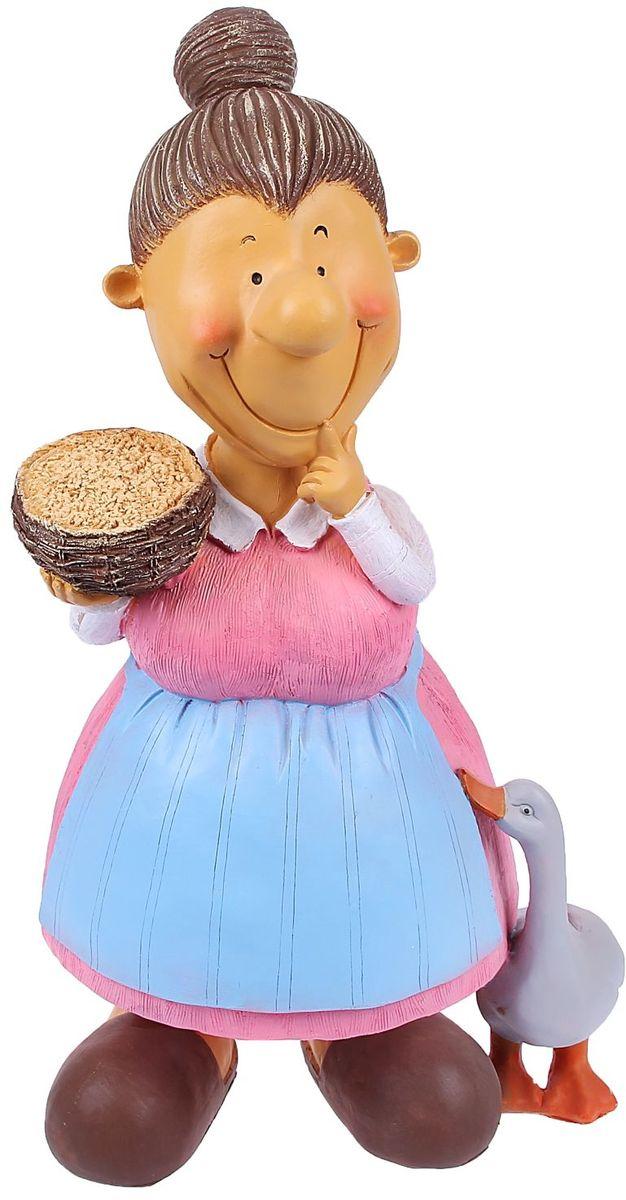 Фигура садовая Бабка с пшеницей, 24 х 30 х 60 см1090059Сделайте садовый участок неповторимым. Фигура создаст особое настроение и привлечёт внимание гостей. Почувствуйте себя ландшафтным дизайнером. Хотите сделать акцент на выращенной с любовью цветочной клумбе? Тогда расположите садовую фигуру рядом с ней. А если желаете приятно удивить гостей, поставьте её прямо у входа — рядом с калиткой. Такая фигура легко скроет неприглядные детали сада, например, торчащую трубу. Садовая фигура из полистоуна (искусственного камня) — оптимальное решение для уличных условий. Этот материал не выцветает на солнце, даже если находится под воздействием ультрафиолета круглый год. Искусственный камень имеет низкую пористость, поэтому ему не страшна влага и на нём не появятся трещины. Садовая фигура будет хранить красоту сада долгие годы.