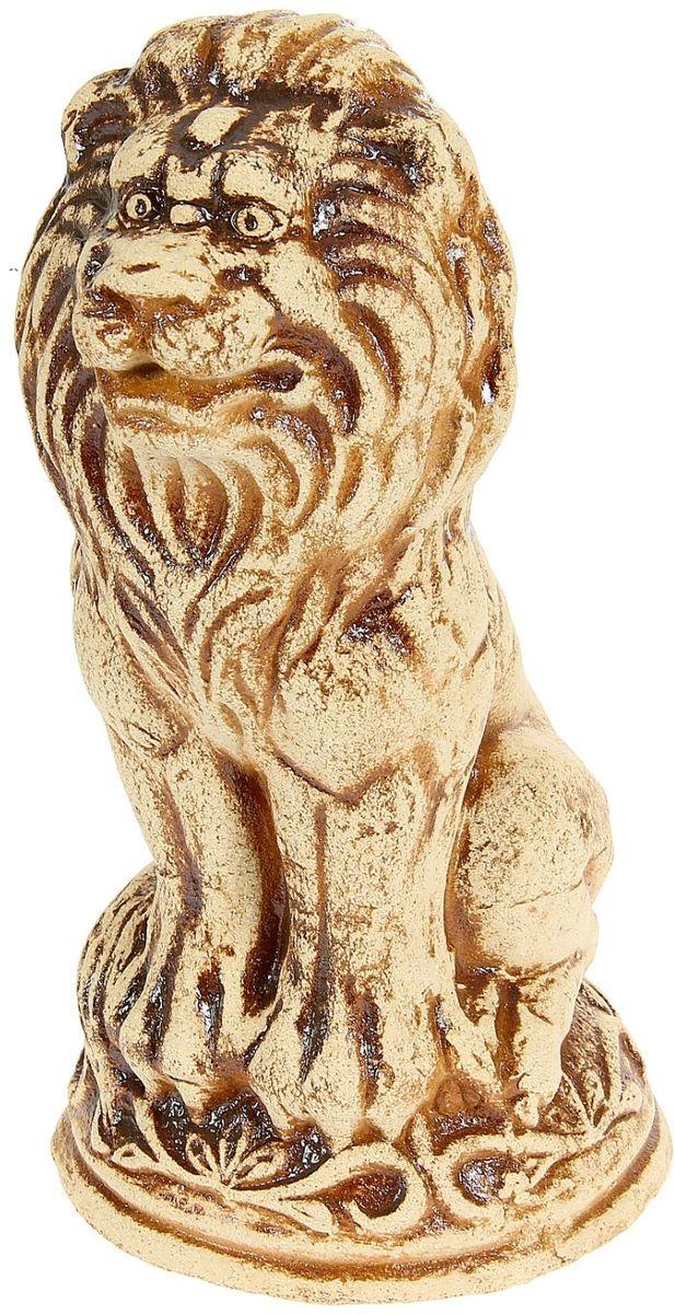 Фигура садовая Керамика ручной работы Лев, 18 х 18 х 34 см1123947Садовая фигура Лев шамот - маленький помощник в создании неповторимого декора садового или дачного участка. Оригинальная форма изделия станет изюминкой пространства, достойным дополнением ландшафтного творчества. Фигура выполнена исключительно из природных материалов, а именно шамотной глины, которая делает его: абсолютно нетоксичным, устойчивым к воздействию окружающей среды (морозостойкий), устойчивым к изменению цвета и структуры (не шелушится и не облезает). При декорировании горшка используются только качественные пигменты. Процесс обжига глины проходит в 2 этапа: утилитный (900 градусов) с последующим декорированием и политой (1100 градусов), придающим изделию необходимую крепость.