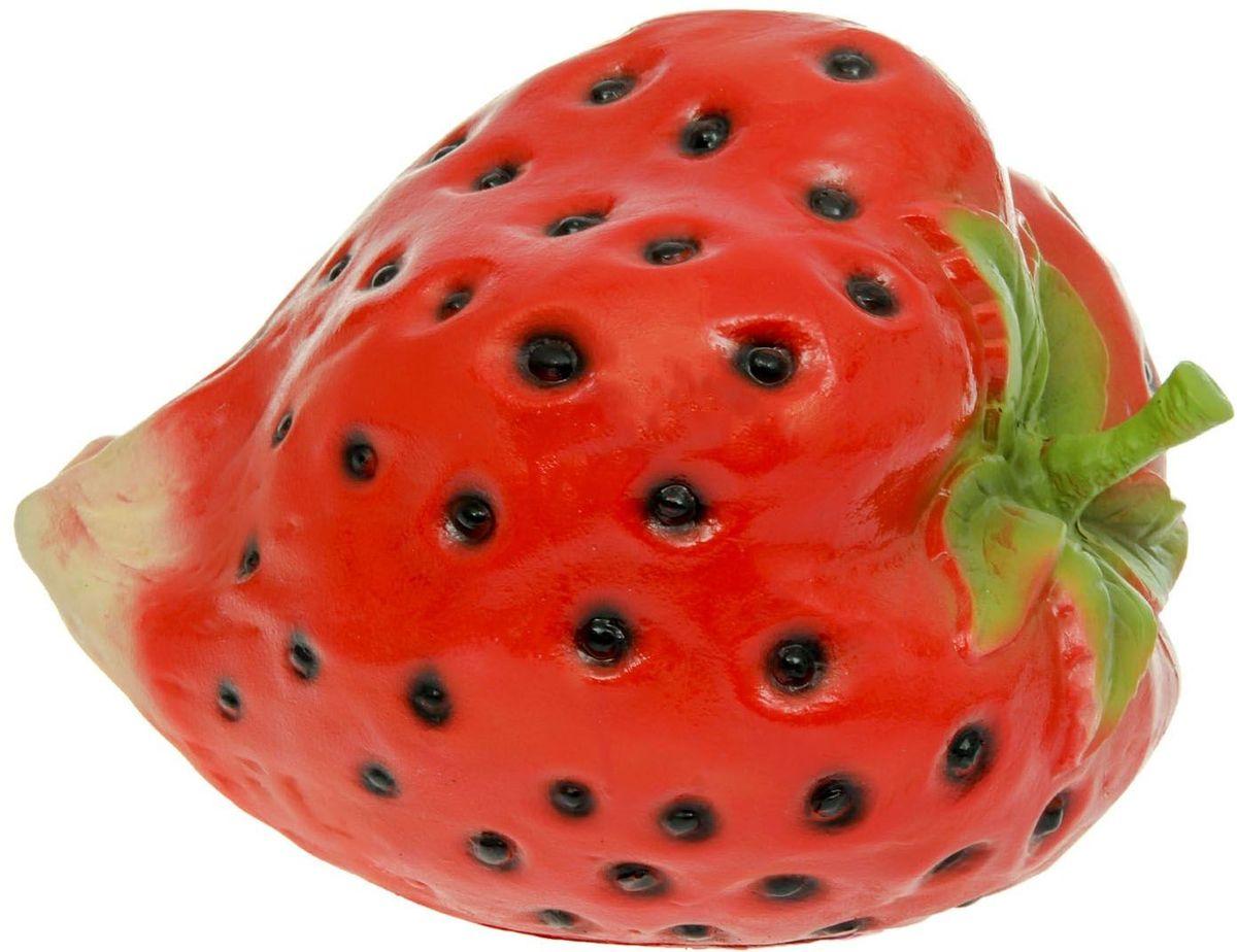 Фигура садовая Клубника, 36 х 30 х 27 см1126892Не удаётся вырастить крупную клубнику? Не беда. Эта большая яркая ягода затмит на садовом участке любой урожай. Колоритный декор добавит окружающему пространству новые краски, удивит соседей и вызовет восторг гостей. С помощью яркой садовой фигуры легко расставить акценты: например, привлечь внимание к цветочной клумбе или водоёму. Украшайте любимый сад оригинально. Садовая фигура из полистоуна (искусственного камня) — оптимальное решение для уличных условий. Этот материал не выцветает на солнце, даже если находится под воздействием ультрафиолета круглый год. Искусственный камень имеет низкую пористость, поэтому ему не страшна влага и на нём не появятся трещины. Садовая фигура будет хранить красоту сада долгие годы.