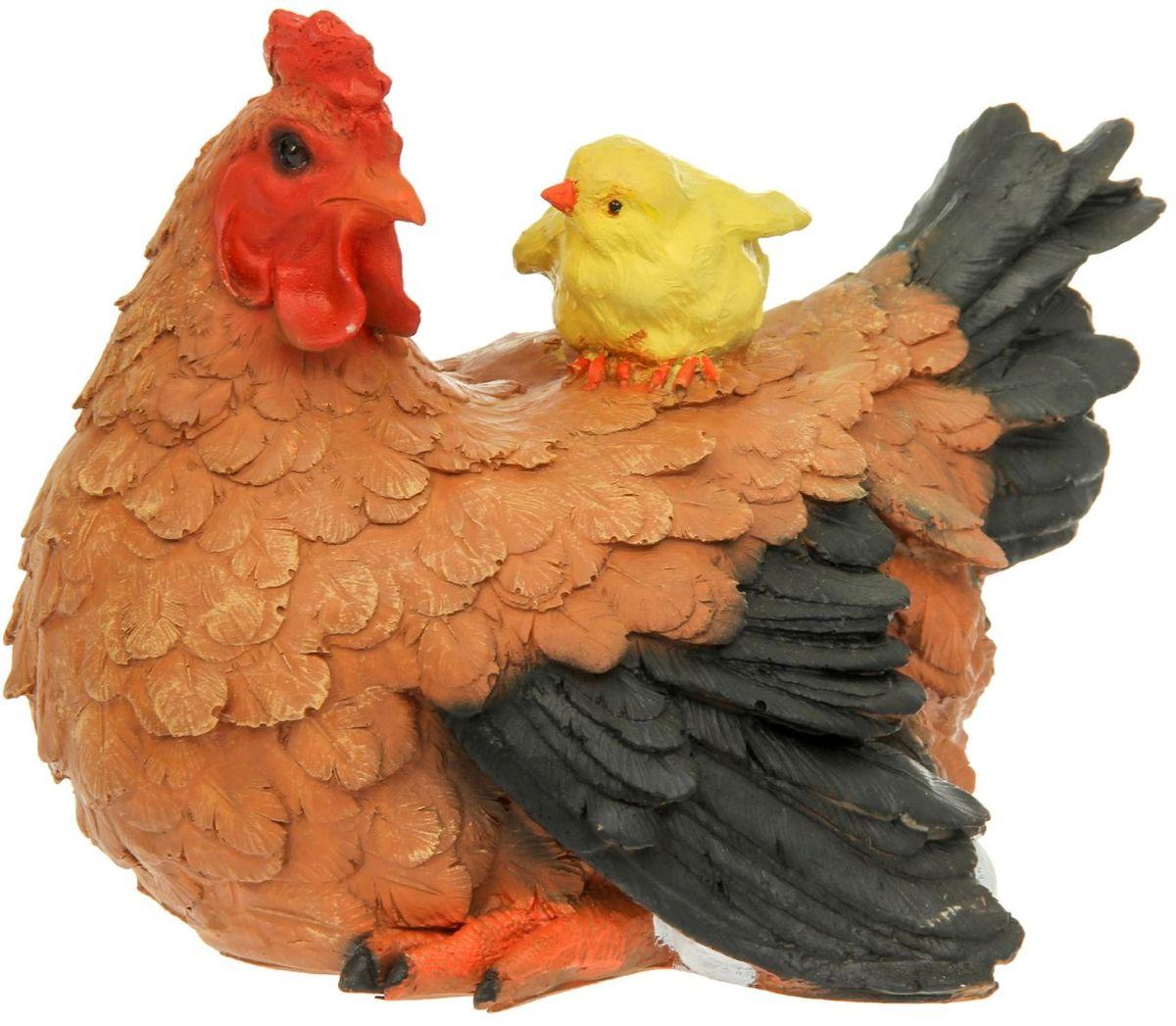 Фигура садовая Рыжая курица с цыпленком, 32 х 22 х 25 см1126899Фигура домашней птицы придаст окружающему пространству ощущение широты и живости. Проявите себя в роли ландшафтного дизайнера. Расставляйте акценты с помощью садового декора: например, чтобы привлечь внимание к клумбе, поставьте фигуру рядом с ней. Садовая фигура из полистоуна (искусственного камня) — оптимальное решение для уличных условий. Этот материал не выцветает на солнце, даже если находится под воздействием ультрафиолета круглый год. Искусственный камень имеет низкую пористость, поэтому ему не страшна влага и на нем не появятся трещины. Садовая фигура будет хранить красоту сада долгие годы.