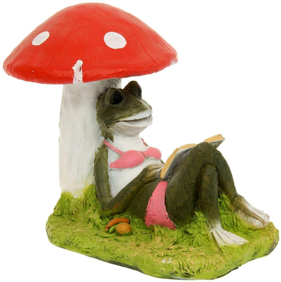 Фигура садовая Лягушка под грибом с книжкой, 25 х 45 х 35 см1126902Забавные лягушки добавят новые краски в ландшафт сада. Красочная садовая фигура легко расставит нужные акценты: приманит взор к водоему или привлечет внимание к цветочной клумбе. Гармоничнее всего лягушата сморятся в местах своего природного обитания: располагайте их рядом с водой или в траве. Садовая фигура из полистоуна (искусственного камня) — оптимальное решение для уличных условий. Этот материал не выцветает на солнце, даже если находится под воздействием ультрафиолета круглый год. Искусственный камень имеет низкую пористость, поэтому ему не страшна влага и на нем не появятся трещины. Садовая фигура будет хранить красоту сада долгие годы.