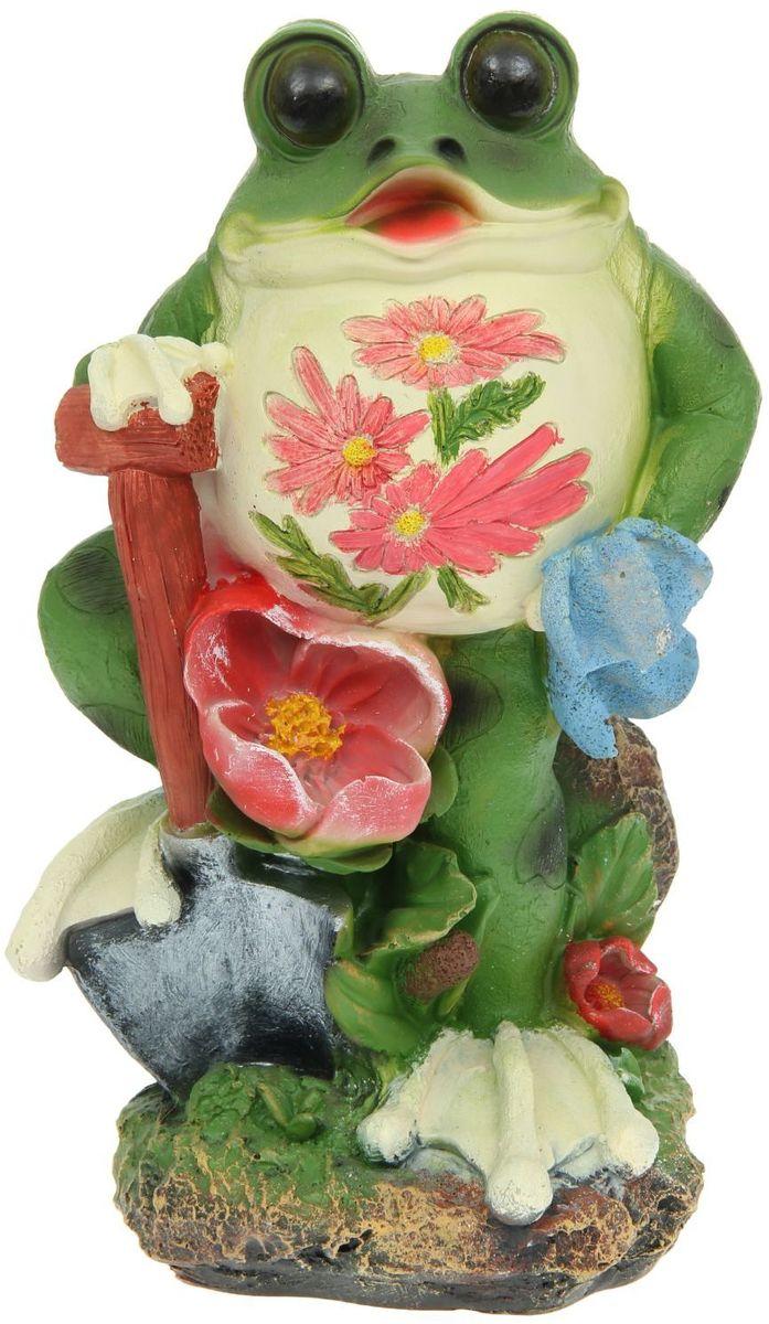 Фигура садовая Лягушонок с лопатой, 20 х 22 х 41 см1126908Забавные лягушки добавят новые краски в ландшафт сада. Красочная садовая фигура легко расставит нужные акценты: приманит взор к водоему или привлечет внимание к цветочной клумбе. Гармоничнее всего лягушата сморятся в местах своего природного обитания: располагайте их рядом с водой или в траве. Садовая фигура из полистоуна (искусственного камня) — оптимальное решение для уличных условий. Этот материал не выцветает на солнце, даже если находится под воздействием ультрафиолета круглый год. Искусственный камень имеет низкую пористость, поэтому ему не страшна влага и на нем не появятся трещины. Садовая фигура будет хранить красоту сада долгие годы.
