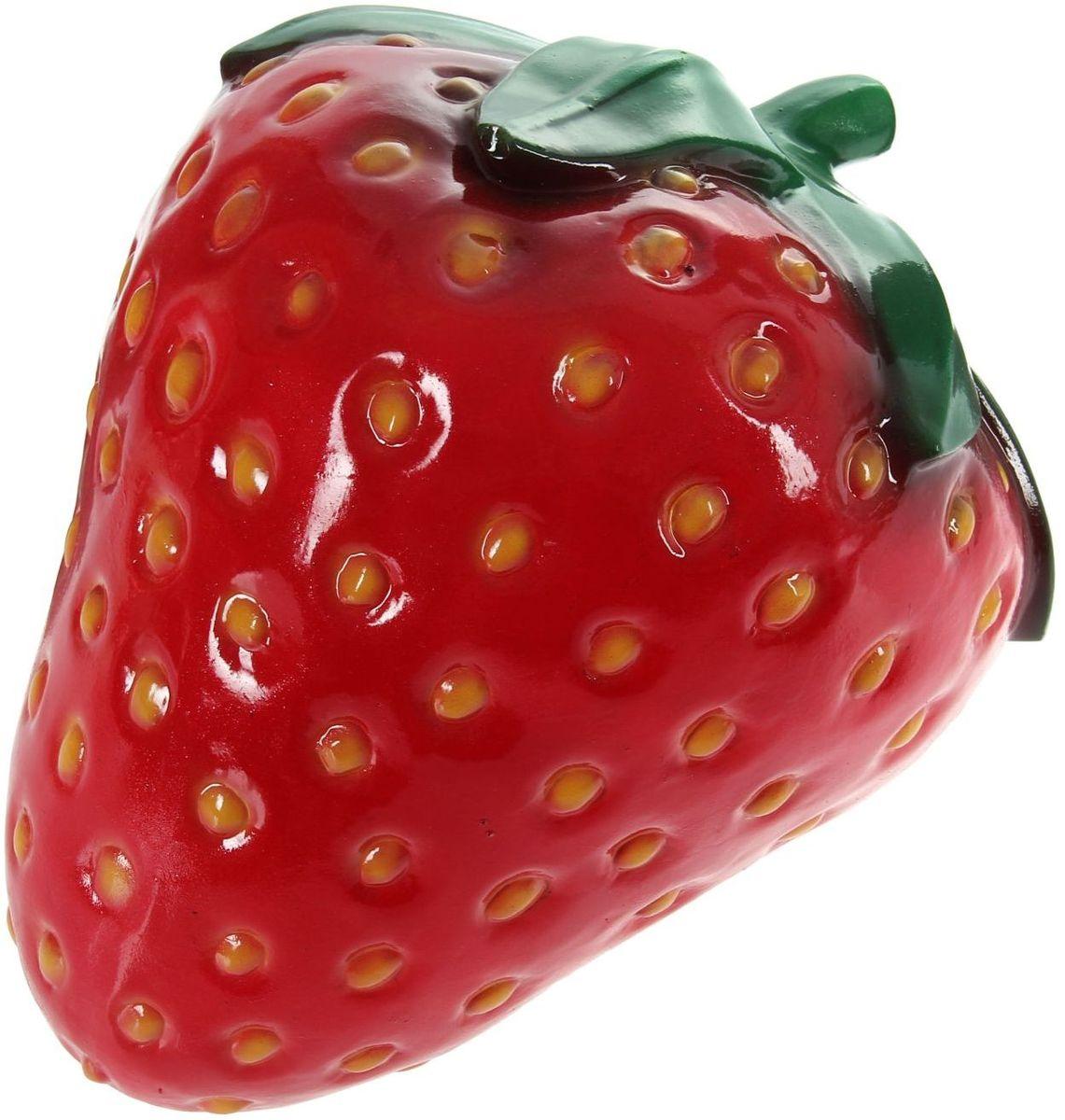 Фигура садовая Керамика ручной работы Клубника, 25 х 32 х 32 см1131650Не удаётся вырастить крупную клубнику? Не беда. Эта большая яркая ягода затмит на садовом участке любой урожай. Колоритный декор добавит окружающему пространству новые краски, удивит соседей и вызовет восторг гостей. С помощью яркой садовой фигуры легко расставлять акценты, например, привлечь внимание к цветочной клумбе или водоёму. Украшайте любимый сад оригинально? Садовая фигура из керамики легко выдержит уличные условия. Этот материал экологичен, ему не страшны прямые солнечные лучи, влажность и перепады температуры.