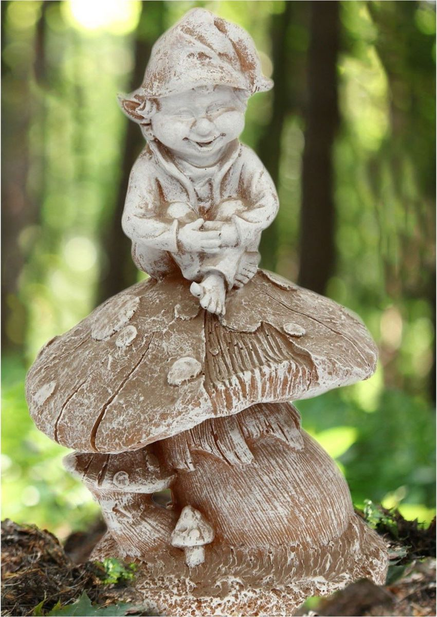 Фигура садовая Гном на грибе, 24 х 21 х 35 см1134703Яркая забавная фигура оживит пространство сада или огорода. Гномов лучше располагать рядом с зеленью. Эффектно смотрится семейка или компания из нескольких фигур, особенно если подсветить такую композицию садовыми фонариками. Гномики будут охранять урожай и приносить удачу. Удивите гостей и порадуйте близких — поселите у себя в саду весёлого жильца? Садовая фигура из полистоуна — оптимальное решение для уличных условий. Этот материал не выцветает на солнце, даже если находится под воздействием ультрафиолета круглый год. Искусственный камень имеет очень низкую пористость, поэтому на нём не появятся трещины? Садовая фигура Гном на грибе шамот будет хранить красоту сада долгие годы.