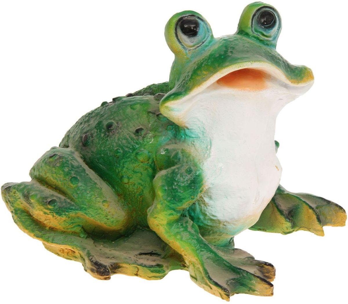 Фигура садовая Лягушка-квакушка, 30 х 22 х 26 см1145115Забавные лягушки добавят новые краски в ландшафт сада. Красочная? Садовая фигура легко расставит нужные акценты: приманит взор к водоёму или привлечёт внимание к цветочной клумбе. Гармоничнее всего лягушата сморятся в местах своего природного обитания: располагайте их рядом с водой или в траве? Садовая фигура из полистоуна (искусственного камня) — оптимальное решение для уличных условий. Этот материал не выцветает на солнце, даже если находится под воздействием ультрафиолета круглый год. Искусственный камень имеет низкую пористость, поэтому ему не страшна влага и на нём не появятся трещины? Садовая фигура будет хранить красоту сада долгие годы.