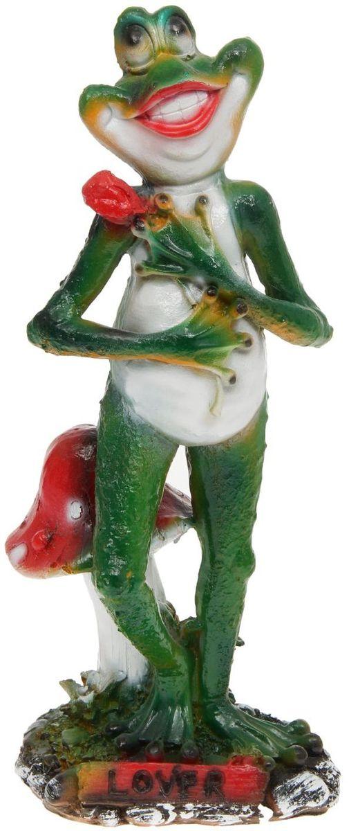 Фигура садовая Влюбленная лягушка, 14 х 19 х 48 см1145157Забавные лягушки добавят новые краски в ландшафт сада. Красочная? Садовая фигура легко расставит нужные акценты: приманит взор к водоёму или привлечёт внимание к цветочной клумбе. Гармоничнее всего лягушата сморятся в местах своего природного обитания: располагайте их рядом с водой или в траве? Садовая фигура из полистоуна (искусственного камня) — оптимальное решение для уличных условий. Этот материал не выцветает на солнце, даже если находится под воздействием ультрафиолета круглый год. Искусственный камень имеет низкую пористость, поэтому ему не страшна влага и на нём не появятся трещины? Садовая фигура будет хранить красоту сада долгие годы.