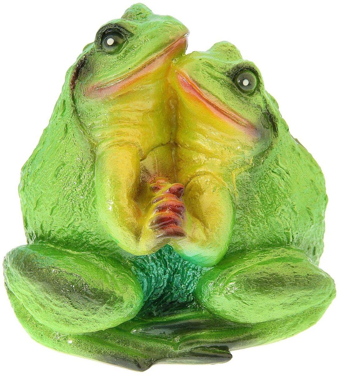 Фигура садовая Premium Gips Пара жаб, 19 х 20 х 20 см1148478Забавные лягушата добавят новые краски в ландшафт сада. Красочная садовая фигура расставит нужные акценты: приманит взор к водоему или привлечет внимание к цветочной клумбе.Гармоничнее всего лягушки сморятся в местах своего природного обитания: располагайте их рядом с водой или в траве. Фигура из гипса экологичная, легкая и долговечная. Она сделает любимый сад неповторимым.