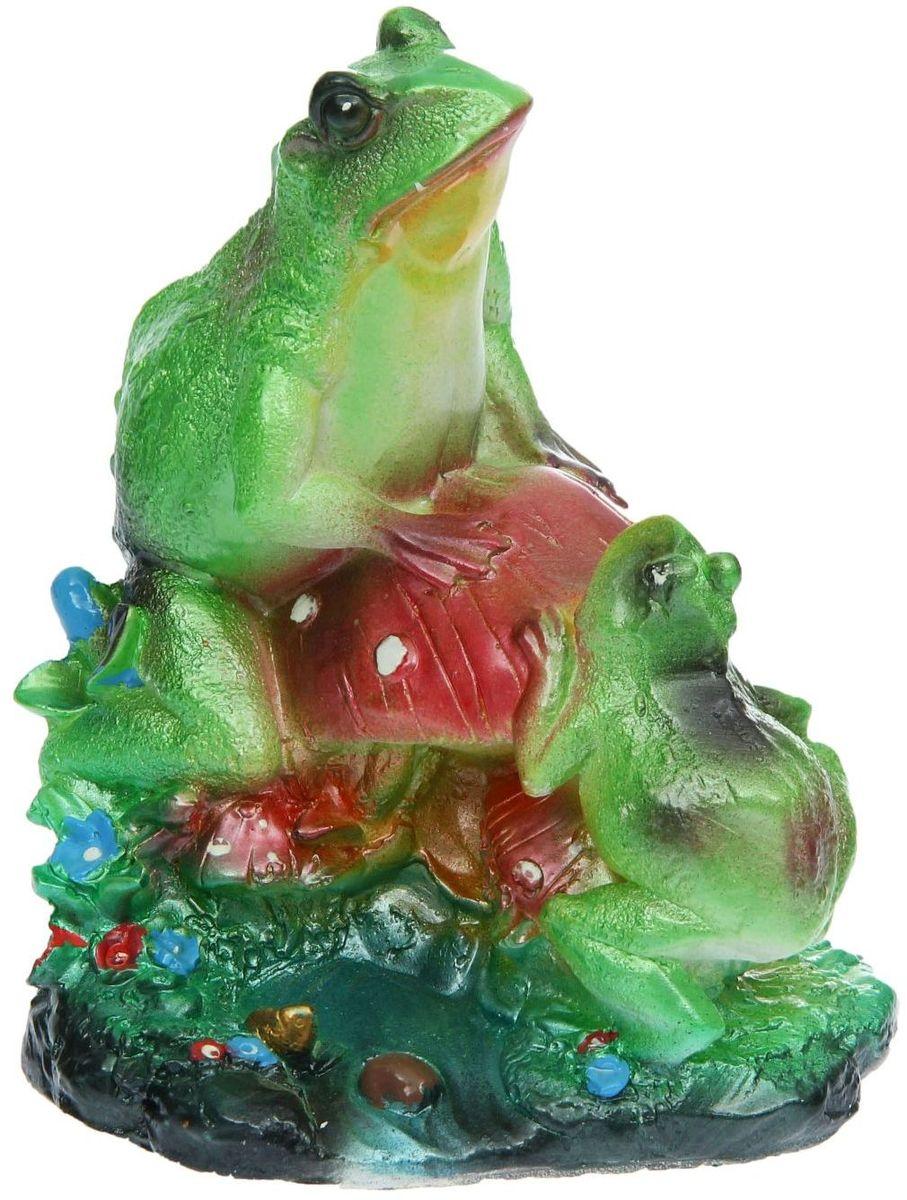 Фигура садовая Premium Gips Лягушки на грибе, 17 х 14 х 22 см1148483Забавные лягушата добавят новые краски в ландшафт сада. Красочная садовая фигура расставит нужные акценты: приманит взор к водоему или привлечет внимание к цветочной клумбе.Гармоничнее всего лягушки сморятся в местах своего природного обитания: располагайте их рядом с водой или в траве. Фигура из гипса экологичная, легкая и долговечная. Она сделает любимый сад неповторимым.