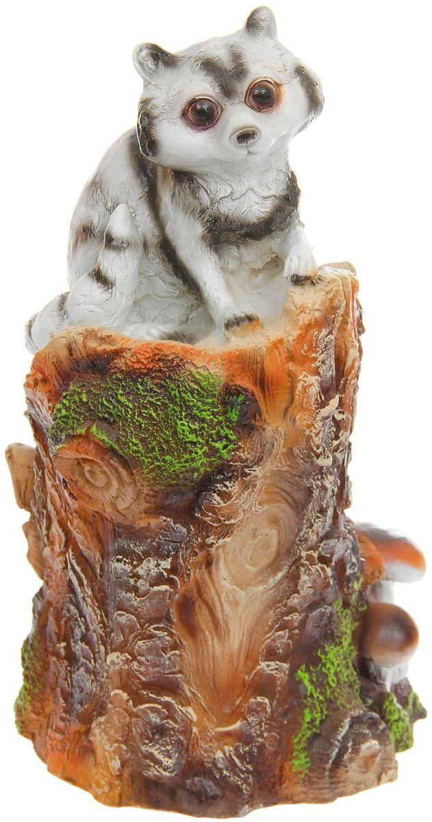 Фигура садовая Енот на пне, 24 х 27 х 60 см1160030Создайте настроение в любимом саду: украсьте его оригинальным декором. Представители фауны разнообразят ландшафт. Гармоничнее всего фигуры будут смотреться в местах природного обитания: например, белочки — вблизи деревьев, а лягушки — у водоёмов. Сделайте свой сад неповторимым. Разрабатывайте собственный дизайн и расставляйте акценты. Хотите привлечь внимание к клумбе? Поставьте садовую фигуру рядом с ней. А расположенная прямо у калитки, она будет приятно удивлять гостей. Такой декор легко замаскирует неприглядные детали на участке? Садовая фигура из полистоуна (искусственного камня) — оптимальное решение для уличных условий. Этот материал не выцветает на солнце, даже если находится под воздействием ультрафиолета круглый год. Искусственный камень имеет низкую пористость, поэтому ему не страшна влага и на нём не появятся трещины? Садовая фигура будет хранить красоту сада долгие годы.