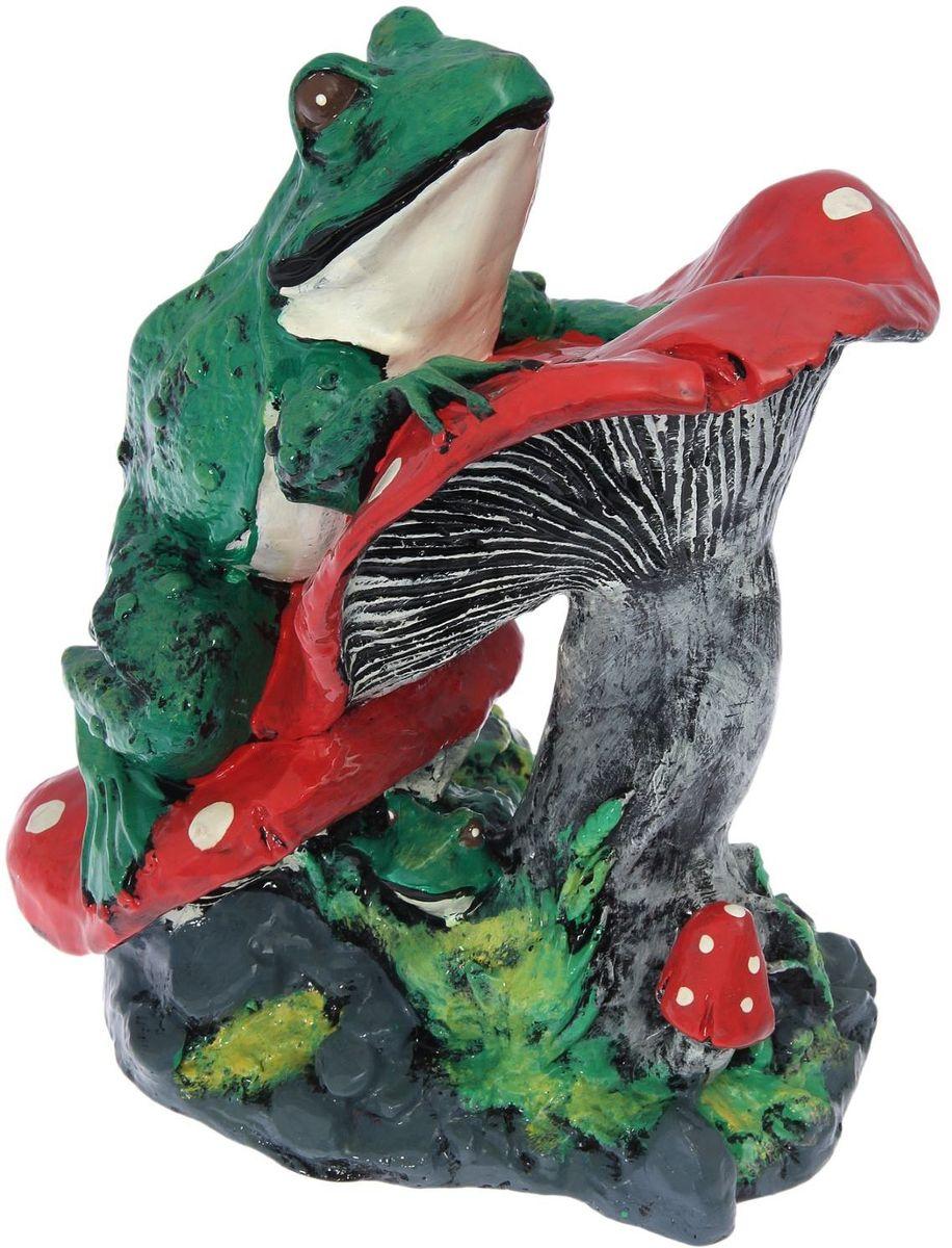 Фигура садовая Premium Gips Лягушка на грибах, 27 х 23 х 40 см1176563Забавная лягушка добавит новые краски в ландшафт сада. Красочная садовая фигура расставит нужные акценты: приманит взор к водоему или привлечет внимание к цветочной клумбе.Гармоничнее всего лягушки сморятся в местах своего природного обитания: располагайте их рядом с водой или в траве. Фигура из гипса экологичная, легкая и долговечная. Она сделает любимый сад неповторимым.