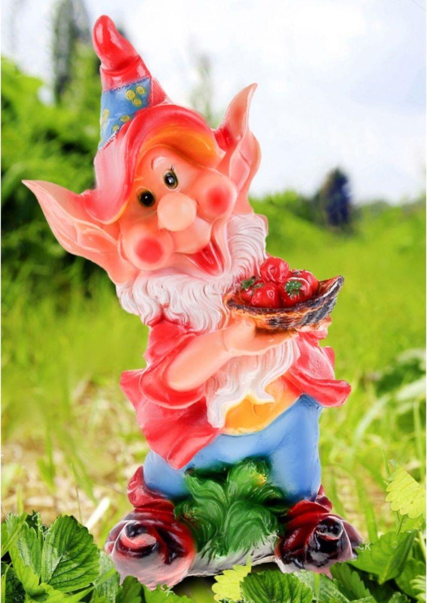 Фигура садовая Гном с тарелкой клубники в красном кафтане, 75 х 20 х 32 см302929Забавная фигура оживит сад или огород. Яркий декор придаст окружающему пространству задорности. Такой аксессуар будет охранять урожай и приносить удачу. Удивите гостей и порадуйте близких — поселите у себя на дачном участке веселого жильца.