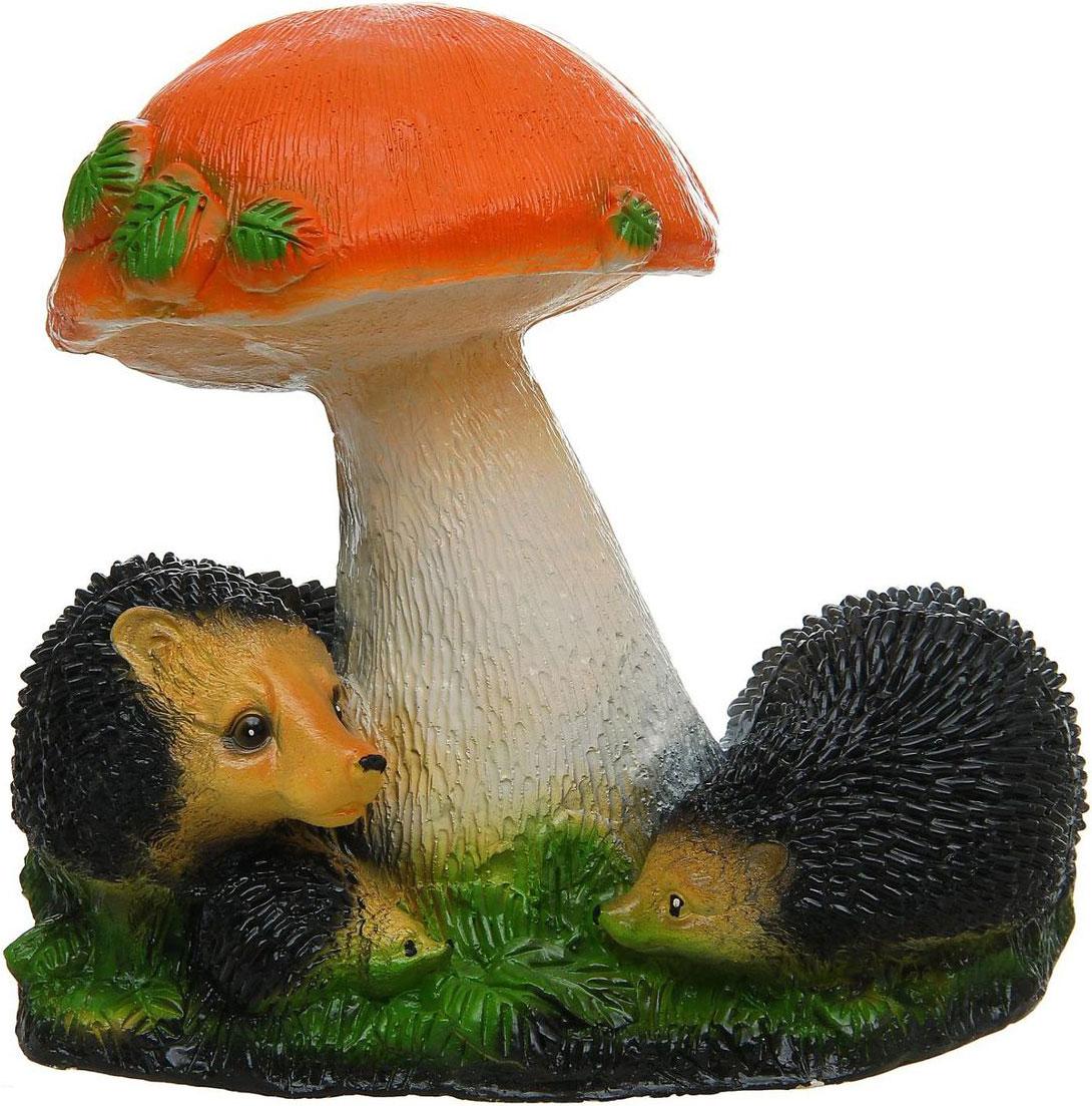 Фигура садовая Семья ежей под грибом, 21 х 38 х 34 см302959Создайте настроение в любимом саду: украсьте его оригинальным декором - садовой фигурой. Сделайте свой сад неповторимым. Разрабатывайте собственный дизайн и расставляйте акценты. Хотите привлечь внимание к клумбе? Поставьте садовую фигуру рядом с ней. А расположенная прямо у калитки, она будет приятно удивлять гостей. Такой декор легко замаскирует неприглядные детали на участке. Садовый декор из гипса экологичен, лёгок и долговечен. Это прекрасный подарок заядлому садоводу. Украшайте сад оригинально.Ёжики придадут саду уюта и очарования. Эти зверьки символизируют запасливость, поэтому непременно помогут вырастить и сохранить богатый урожай.