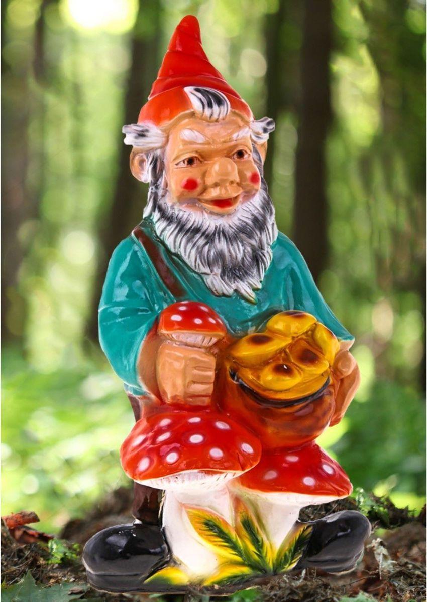Фигура садовая Гном с грибами в красном колпаке, 40 х 36 х 75 см460013Яркая забавная фигура Гном с грибами в красном колпаке оживит пространство сада или огорода. Гномов лучше располагать рядом с зеленью. Садовая фигура из гипса прекрасно подходит для уличных условий. Этому экологичному материалу не страшны ни влага, ни ультрафиолет, ни перепады температуры.