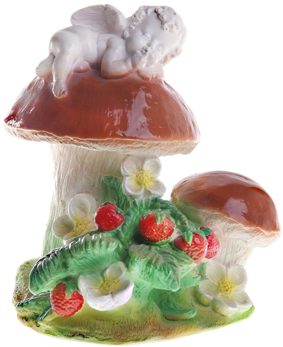 Фигура садовая Ангелочек на грибе, 17 х 20 х 24 см790043Очаровательные фигурки грибов украсят ваш сад. Они выглядят совсем как настоящие. Расположите гриб под деревом или в траве и приятно удивите прогуливающихся гостей. Симпатичная фигурка станет прекрасным подарком заядлому садоводу. Такой декор будет гармонично смотреться в огородах и на участках с обилием зелени. Дополните пространство сада интересной деталью.Размер фигуры: 17 х 20 х 24 см.